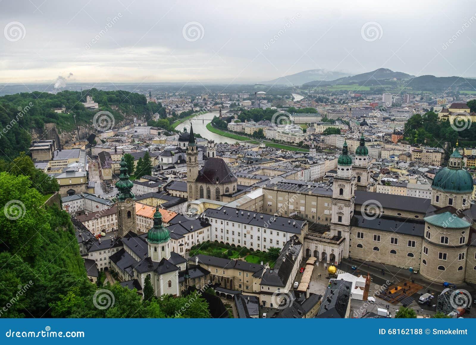 Εναέρια άποψη της ιστορικής πόλης του Σάλτζμπουργκ στην ομίχλη και το νεφελώδες W