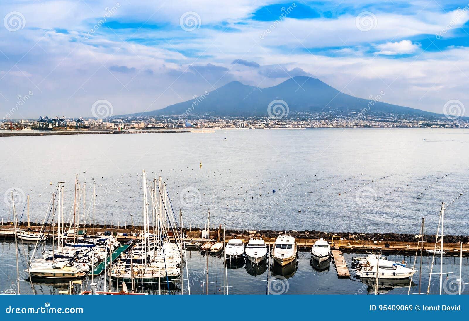 Εναέρια άποψη της Νάπολης με το Βεζούβιο