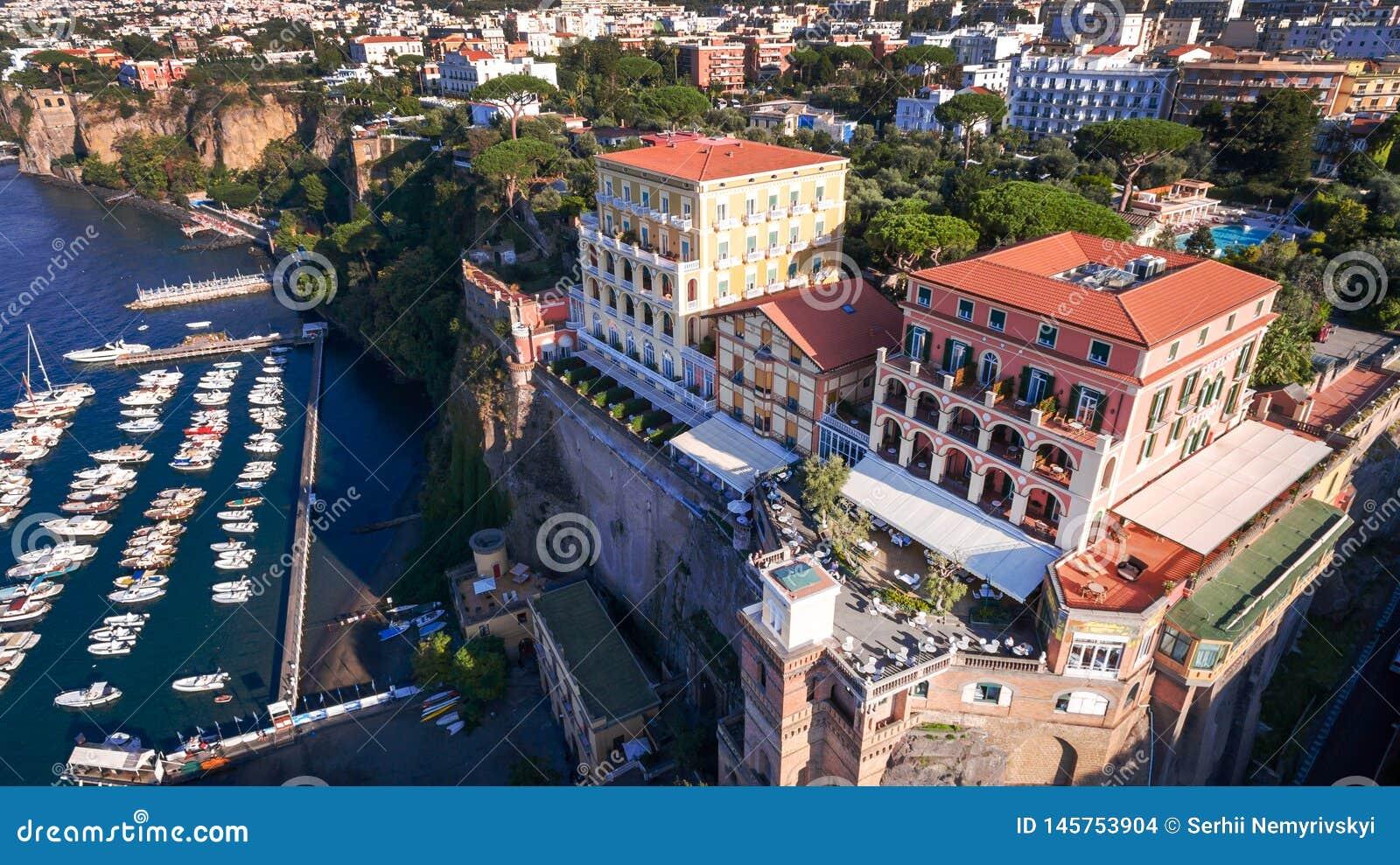 Εναέρια άποψη της πόλης Σορέντο, Ιταλία, οδός της παλαιάς πόλης βουνών, έννοια τουρισμού, θάλασσα, Napoli, διακοπές της Ευρώπης