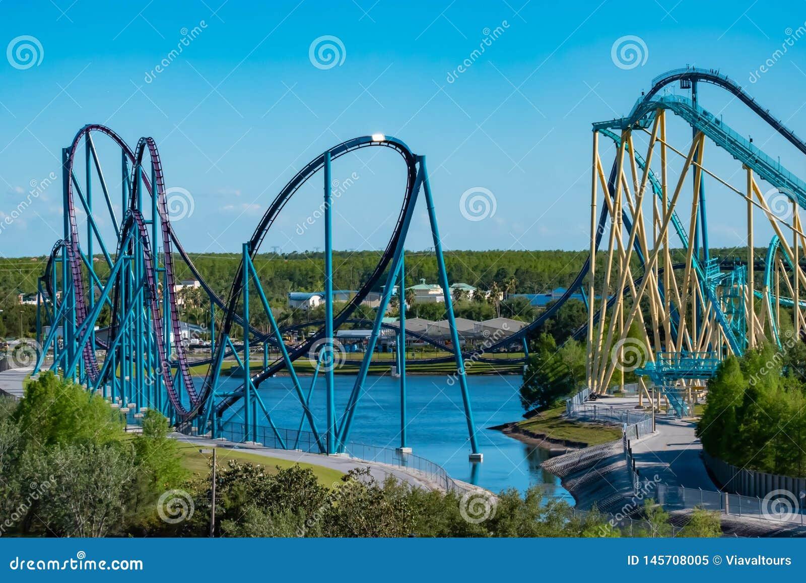 Εναέρια άποψη της Mako και rollercoasters Kraken στο ανοικτό μπλε υπόβαθρο ουρανού σε Seaworld στη διεθνή περιοχή Drive