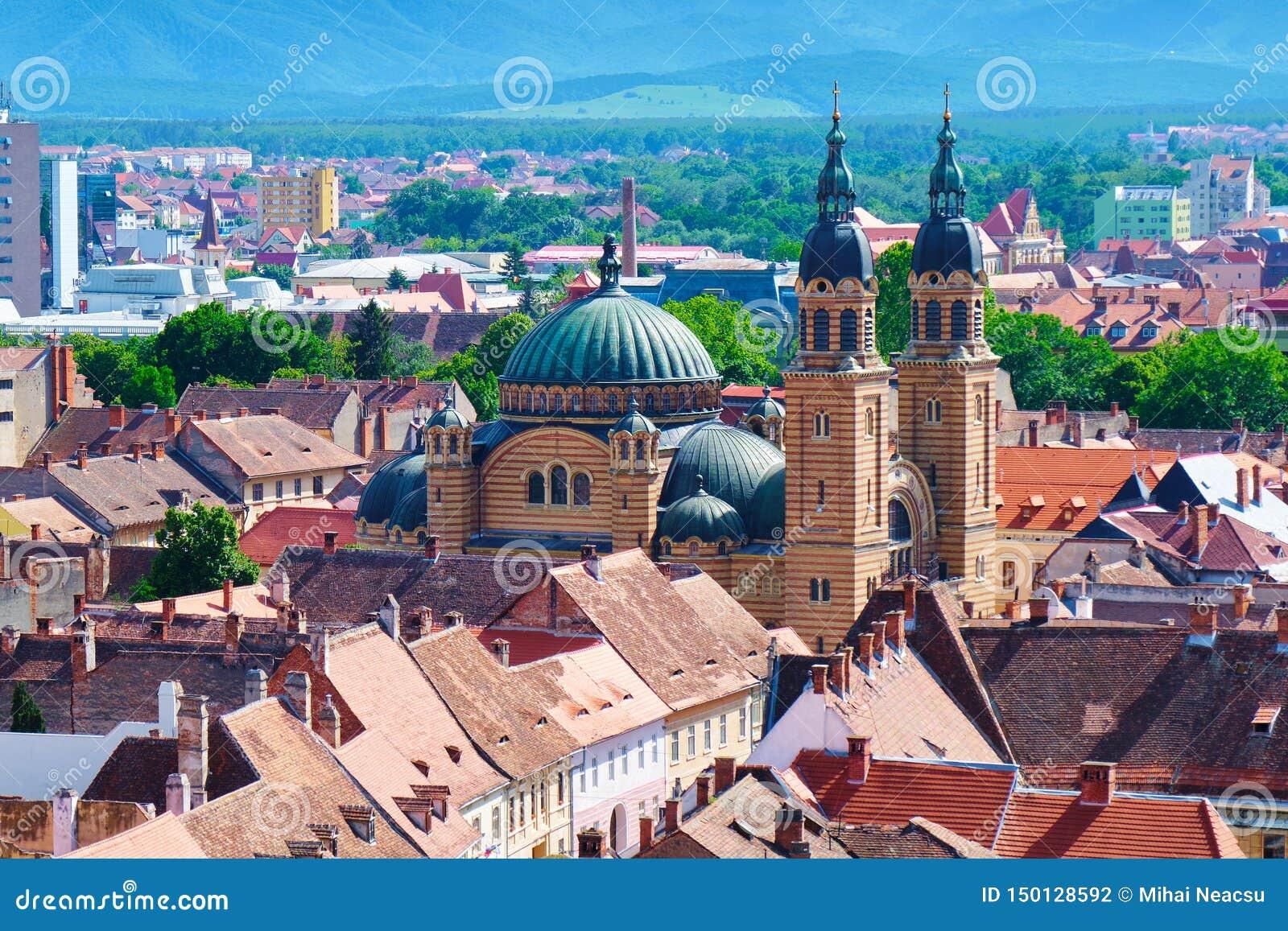 Εναέρια άποψη του βυζαντινού ύφους καθεδρικού ναού Catedrala Sfanta Treime DIN Sibiu τριάδας βασιλικών ιερού στο φωτεινό φως της