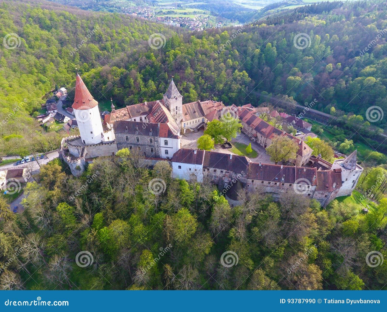 Εναέρια άποψη του μεσαιωνικού κάστρου Krivoklat στην Τσεχία