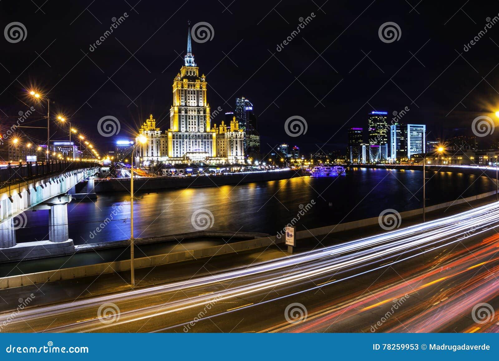 Εναέρια άποψη του ποταμού και των σύγχρονων ουρανοξυστών στη Μόσχα