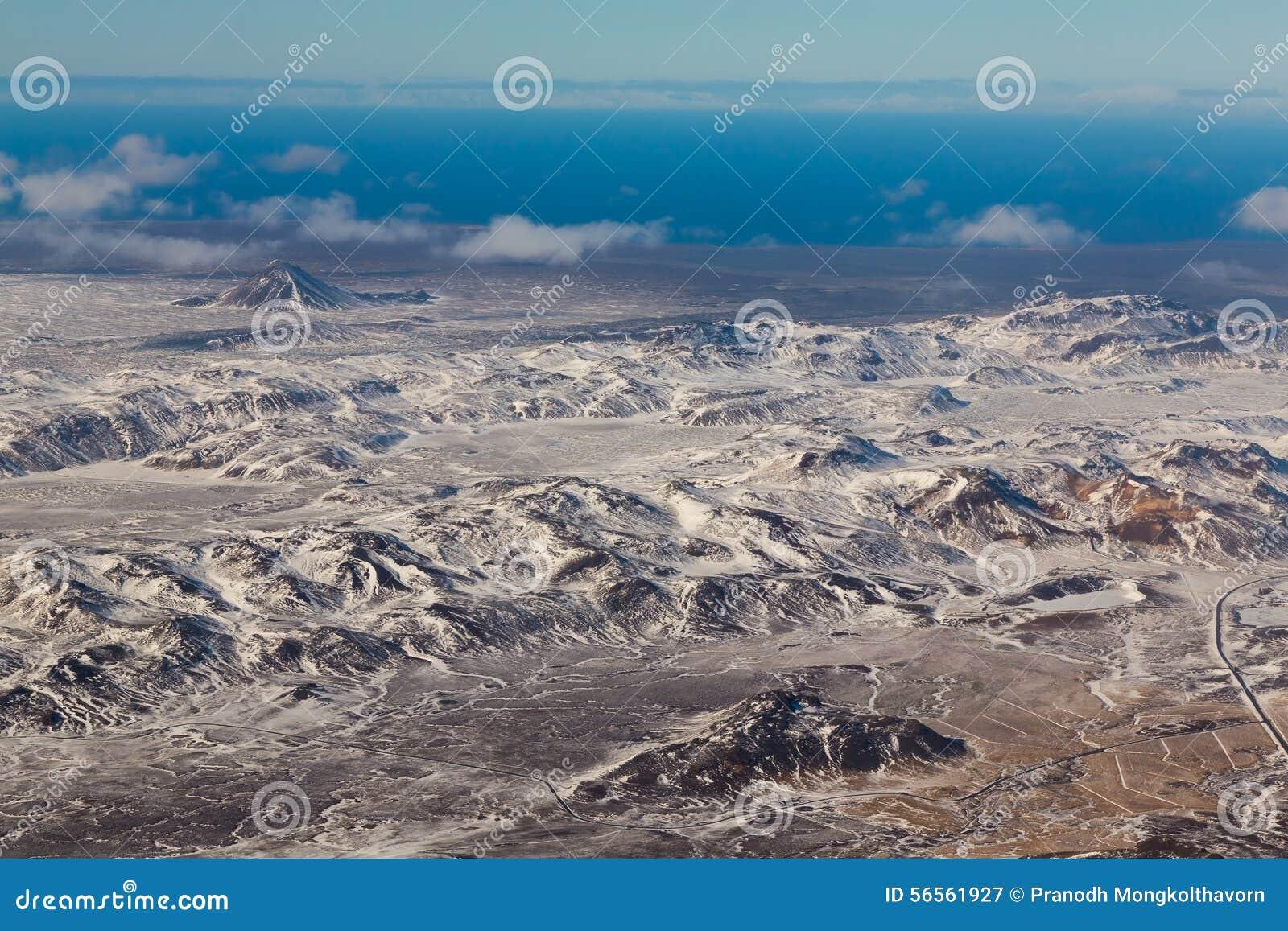 Download Εναέρια άποψη των βουνών χιονιού, Ισλανδία Στοκ Εικόνα - εικόνα από σύννεφα, γεωργίας: 56561927