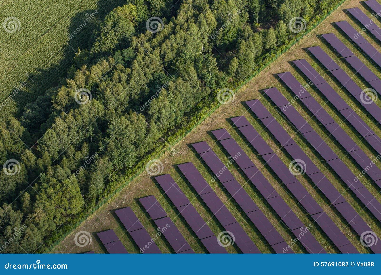 Εναέρια άποψη των εγκαταστάσεων ηλιακής ενέργειας