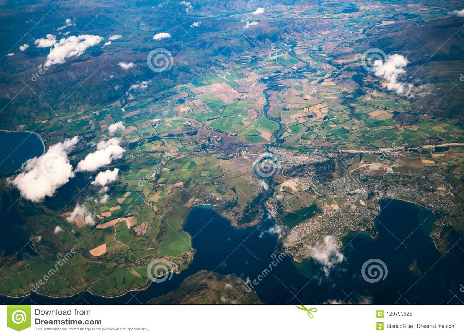 Εναέρια άποψη των σειρών βουνών και του τοπίου λιμνών