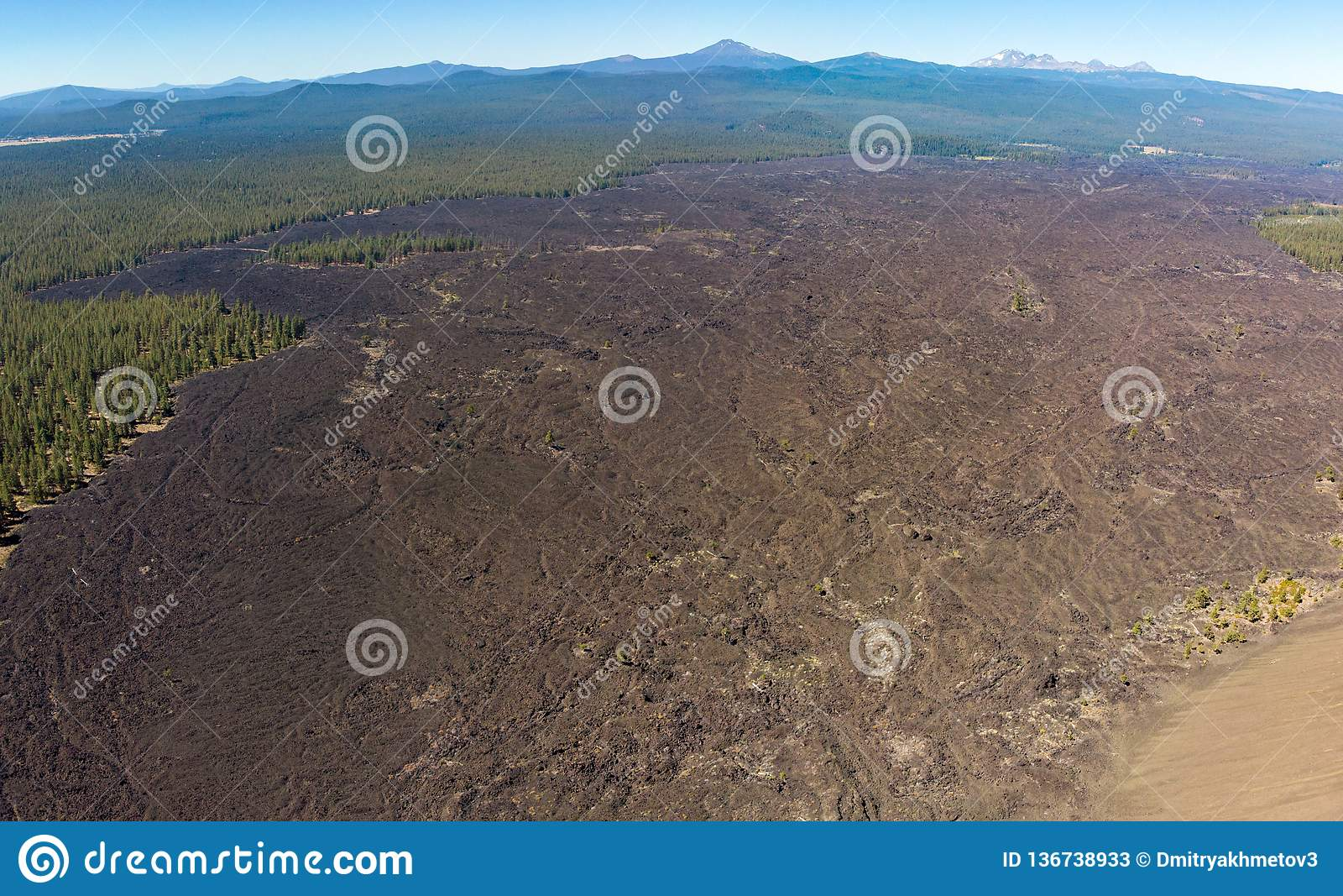Εναέρια άποψη των τομέων λάβας που περιβάλλουν τον κώνο σκωριών λόφων λάβας