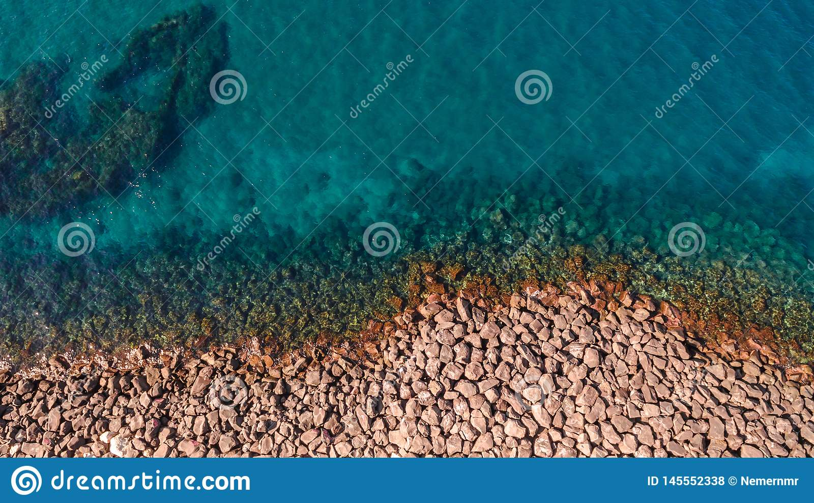 Εναέρια άποψη των ωκεάνιων κυμάτων και της φανταστικής δύσκολης ακτής