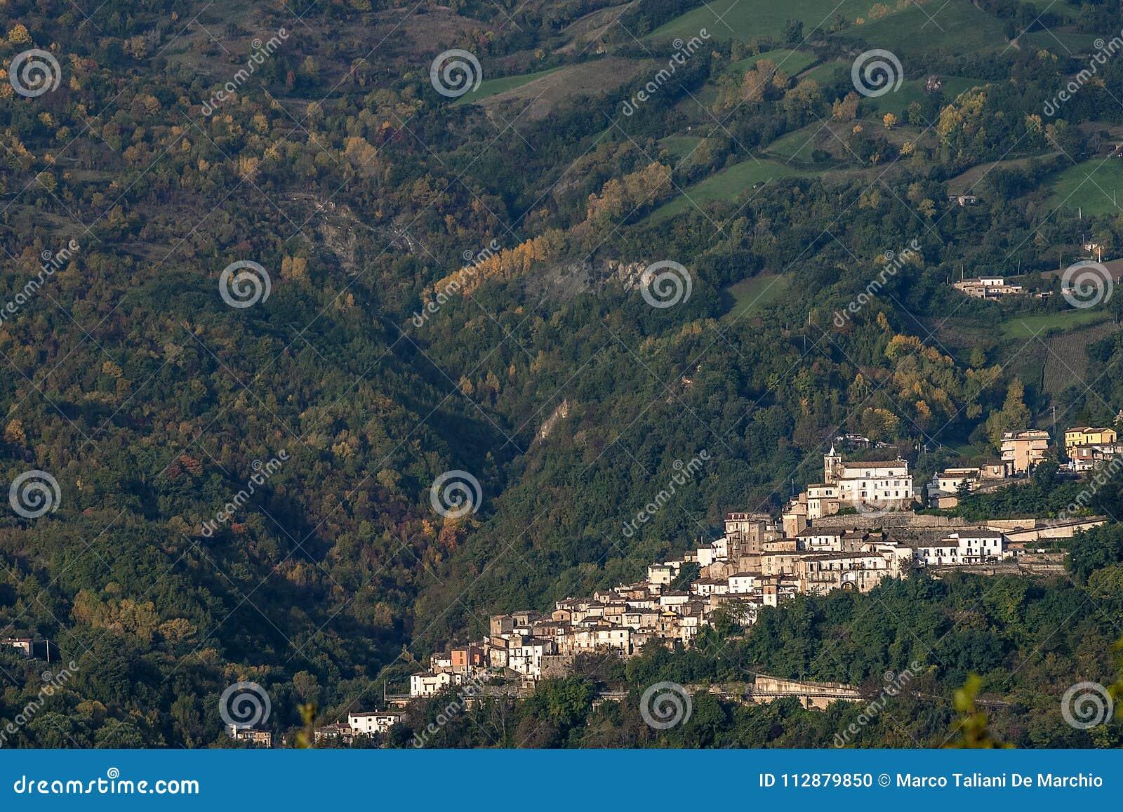 Εναέρια άποψη Farindola, εθνικό πάρκο Gran Sasso, Abruzzo, Ιταλία