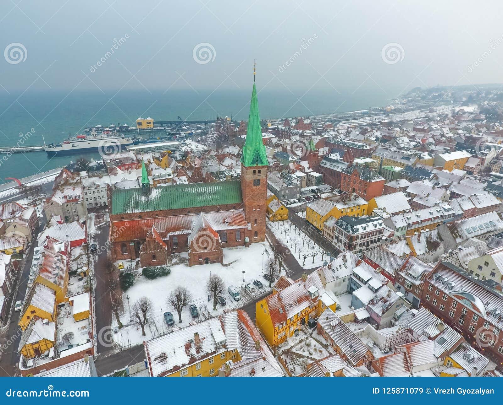 Εναέρια άποψη Helsingor της πόλης και της εκκλησίας Sankt Olai του χειμώνα, Δανία