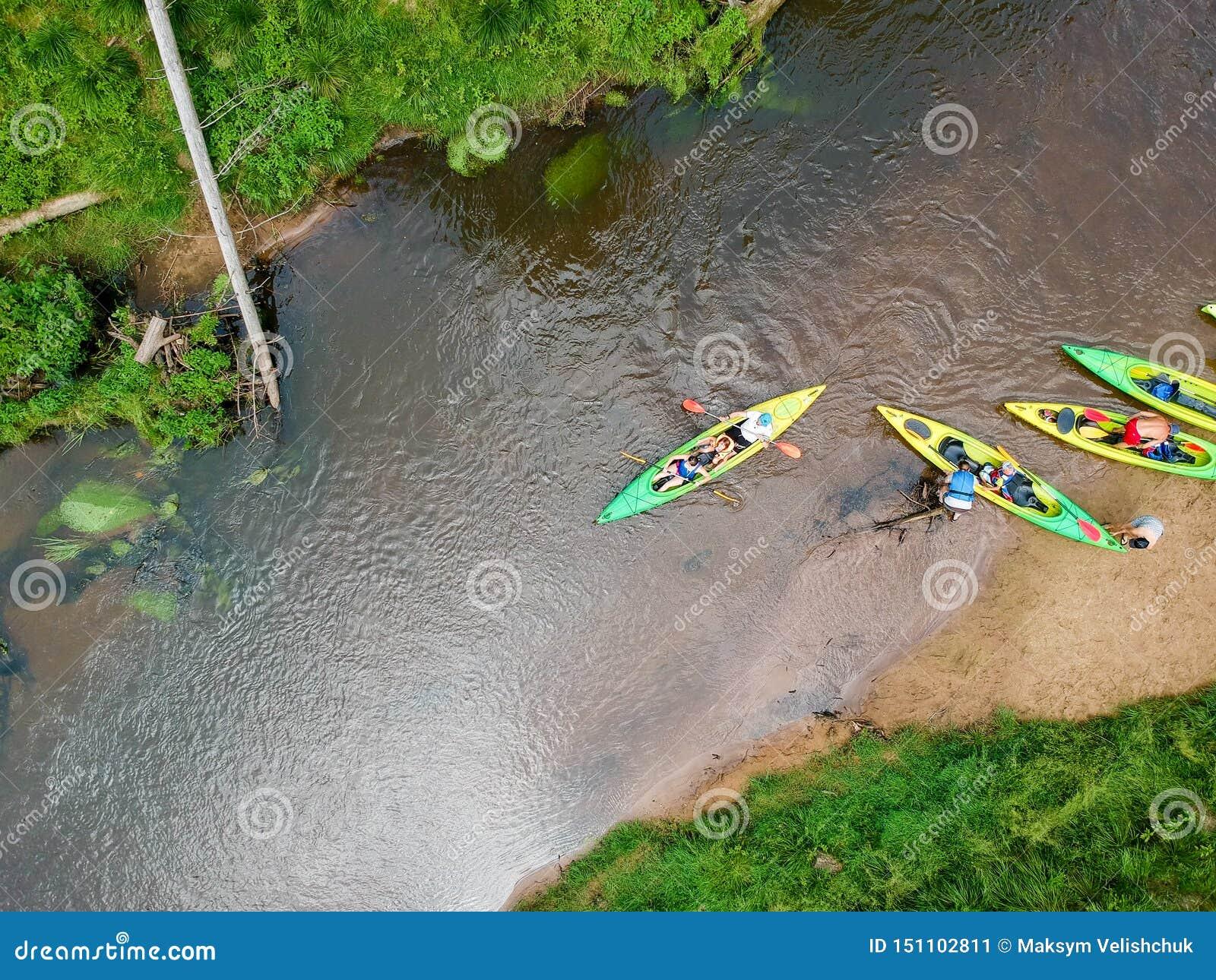 Εναέρια άποψη Kayaker ποταμών Sportsmans στα καγιάκ που κωπηλατούν στο φυσικό ποταμό