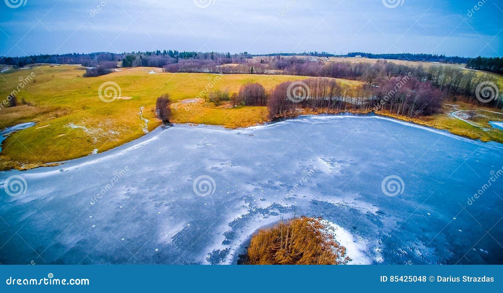 Εναέρια λίμνη παγωμένη