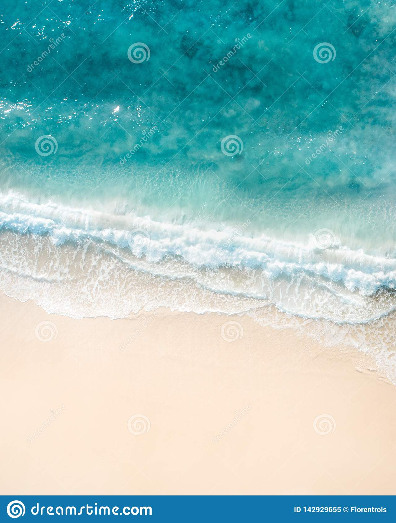 εναέρια όψη παραλιών Τοπ άποψη της Νίκαιας του μπλε ωκεάνιου, συντρίβοντας κύματος και της άσπρης άμμου