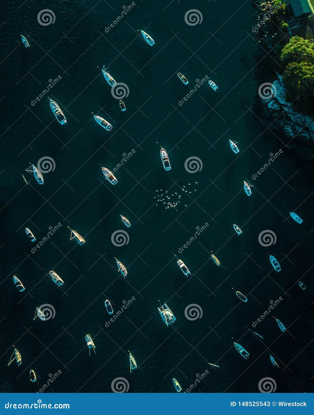 Εναέριος πυροβολισμός πολλών rowboats στη θάλασσα
