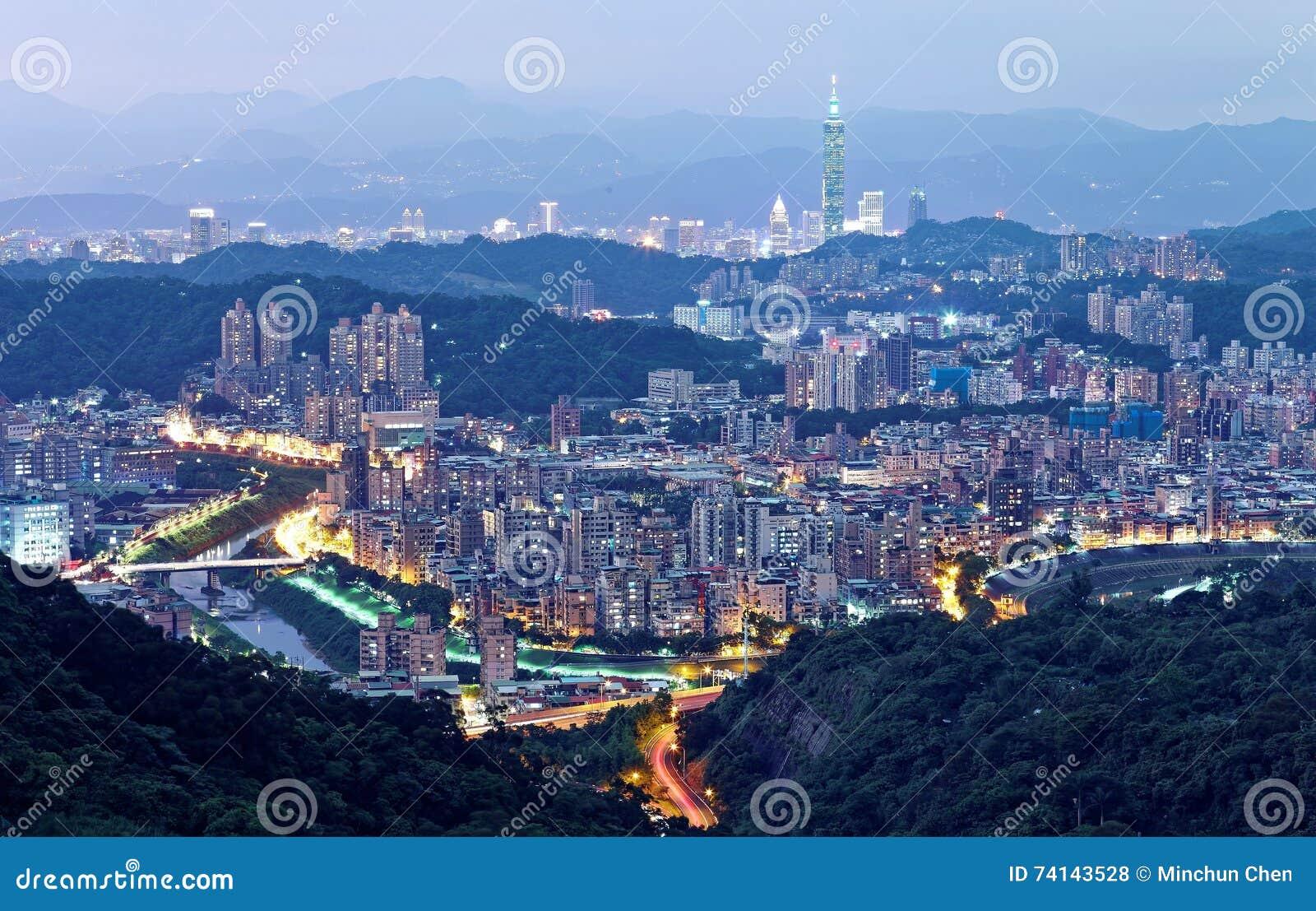 Εναέριο πανόραμα των overpopulated προαστιακών κοινοτήτων στη Ταϊπέι στο σούρουπο με την άποψη της Ταϊπέι 101 πύργος σε στο κέντρ