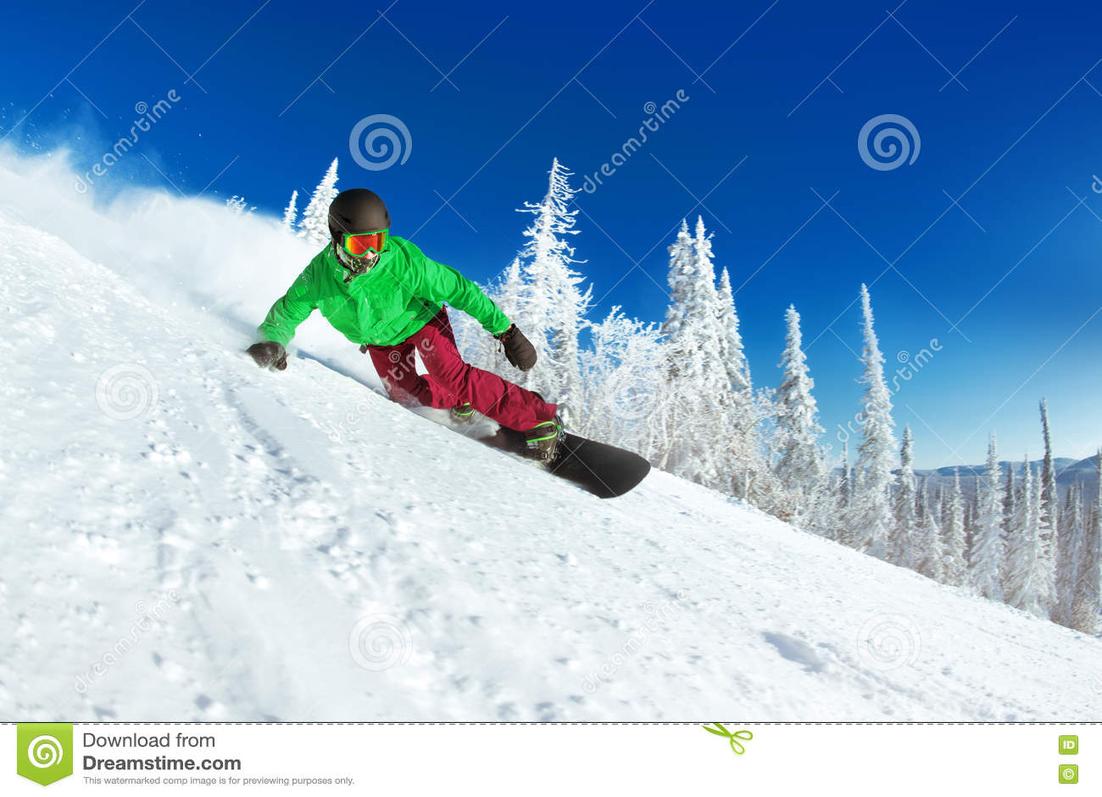 Ενεργός κινηματογράφηση σε πρώτο πλάνο γύρων snowboarder snowboarding