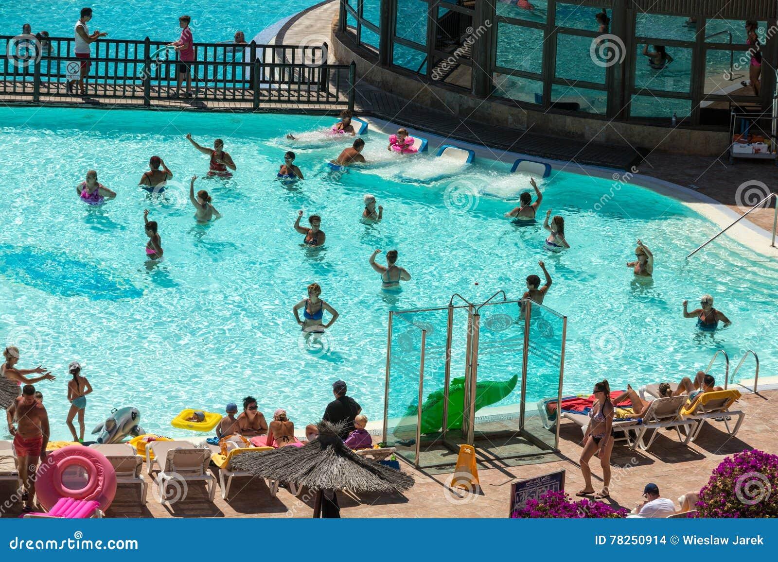 Ενεργός ομάδα ανθρώπων ένα workout στην πισίνα σε Fuertevetura