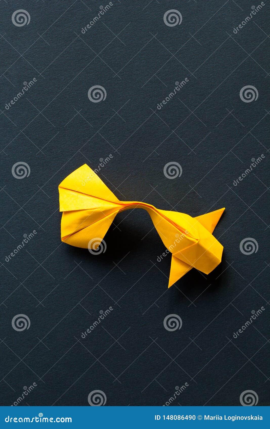 Ενιαία μόνα χειροποίητα εγγράφου τεχνών ψάρια κυπρίνων koi origami χρυσά ή κίτρινα στο μαύρο υπόβαθρο Τοπ άποψη, centeral plece