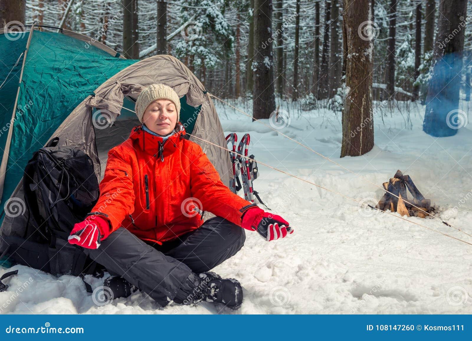 Ενιαία οδοιπορία στο χειμερινό δάσος, κορίτσι που κάνει τη γιόγκα