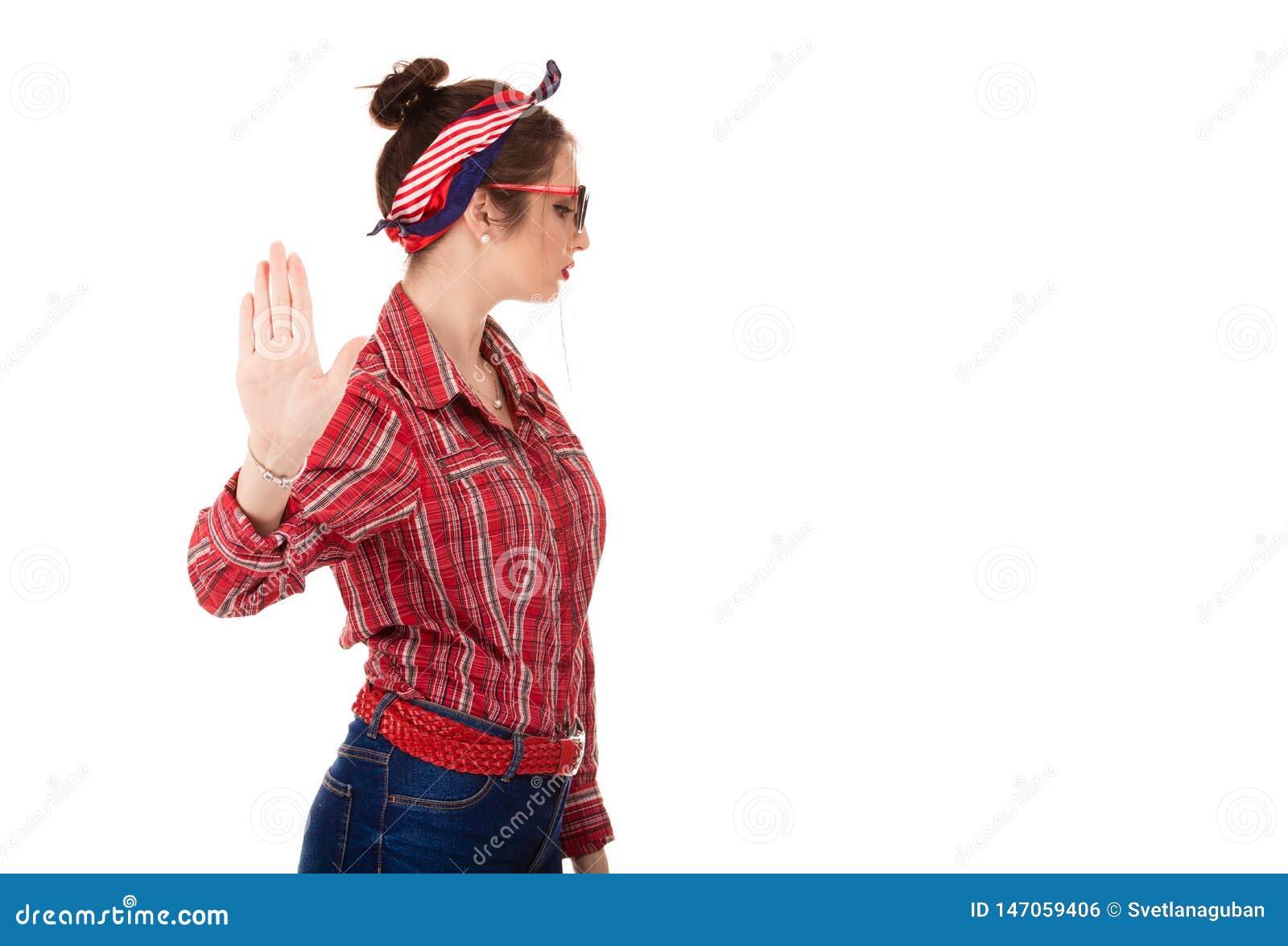 Ενοχλημένηη γυναίκα που δίνει τη συζήτηση στη χειρονομία χεριών με την παλάμη εξωτερική