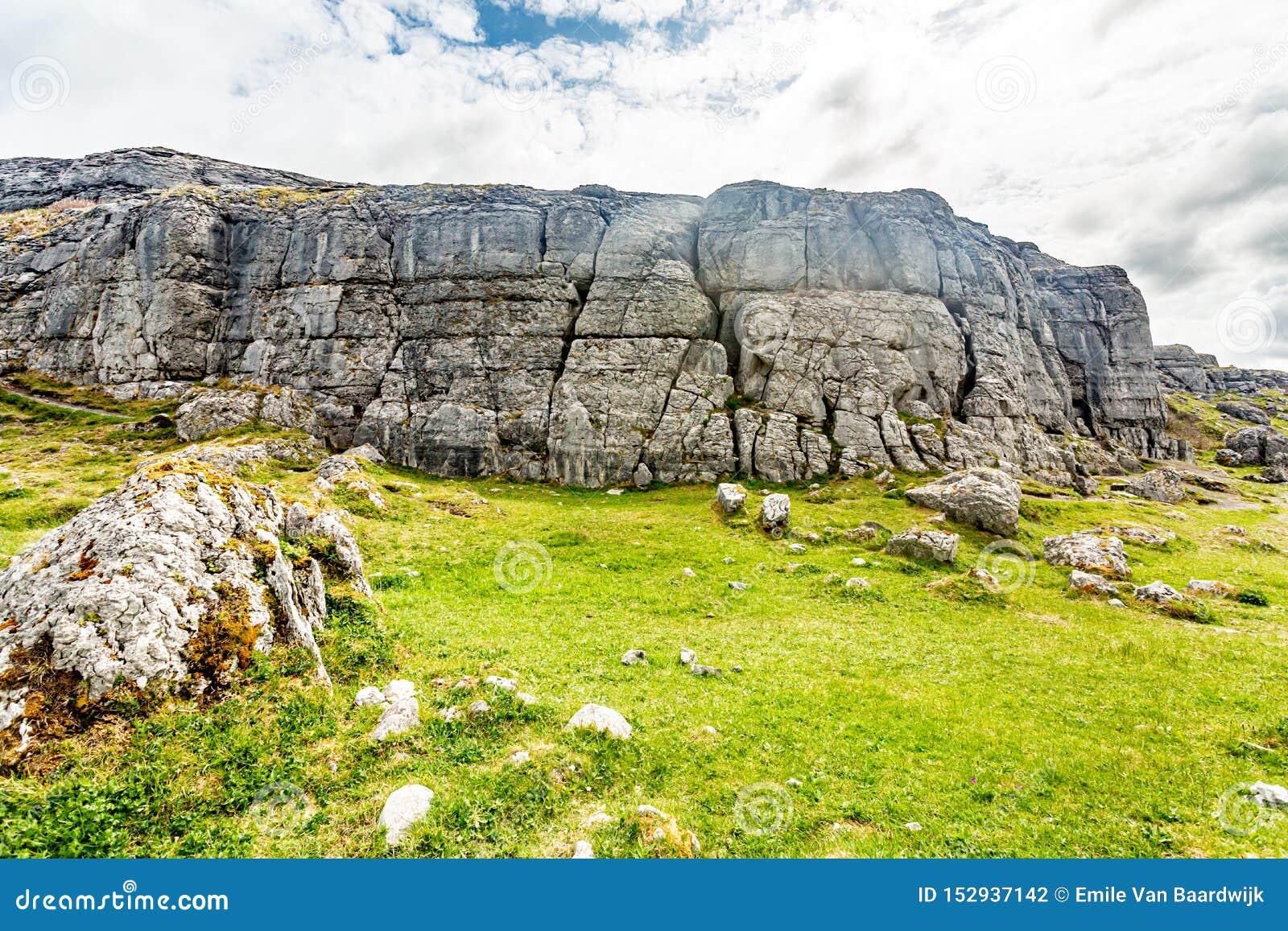 Εντυπωσιακό τοπίο καρστ στην κοιλάδα Caher και το μαύρο κεφάλι