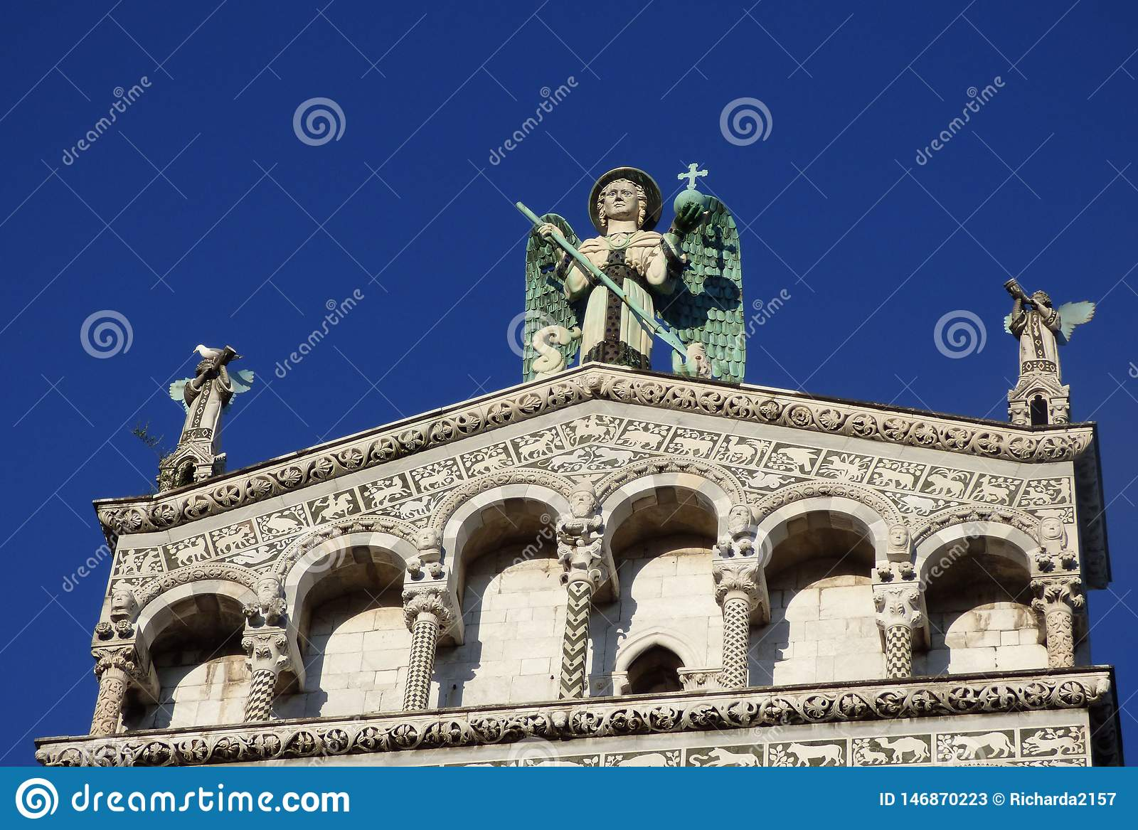 Εξέταση ανοδικός την πρόσοψη ενός καθεδρικού ναού με τα αγγελικά αγάλματα και ένα υπόβαθρο μπλε ουρανού