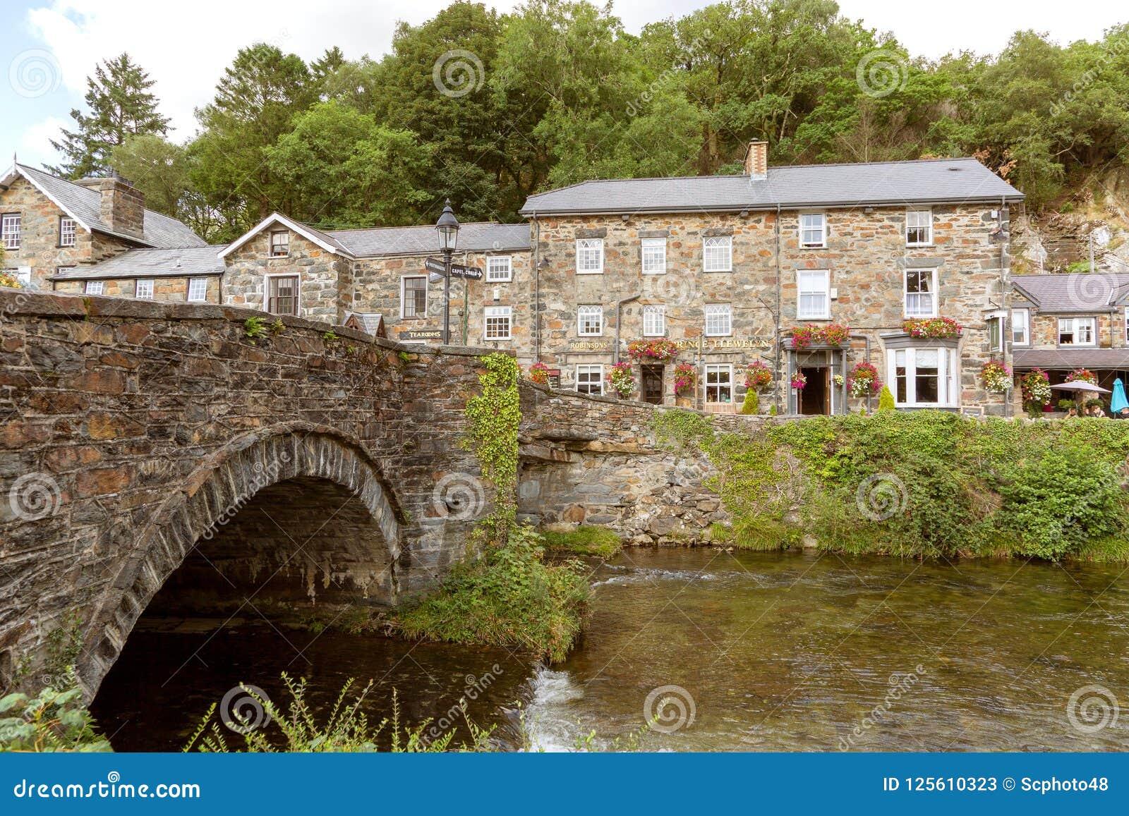 Εξέταση πέρα από τον ποταμό Colwyn το πανδοχείο LLewelyn πριγκήπων