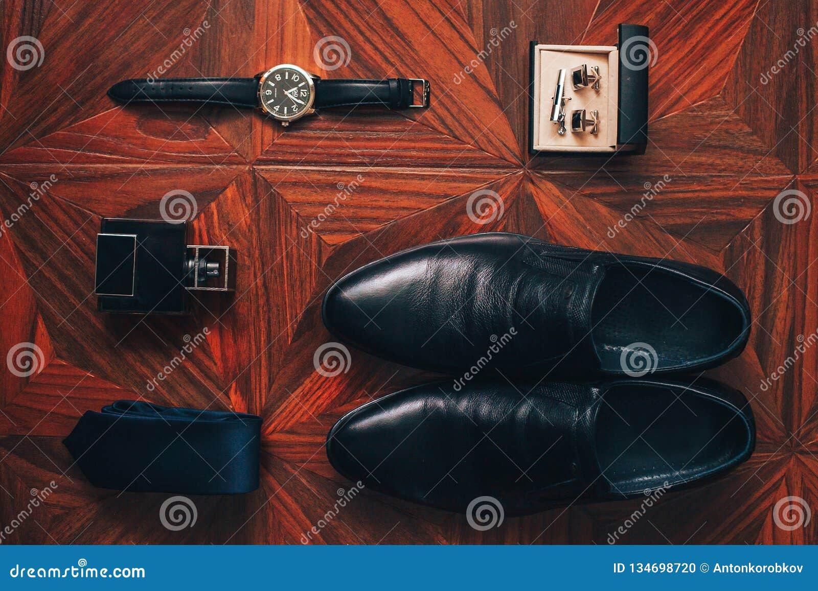 Εξαρτήματα ατόμων: ρολόι, δεσμός, ζώνη, μανικετόκουμπα, τοπ άποψη παπουτσιών αρώματος