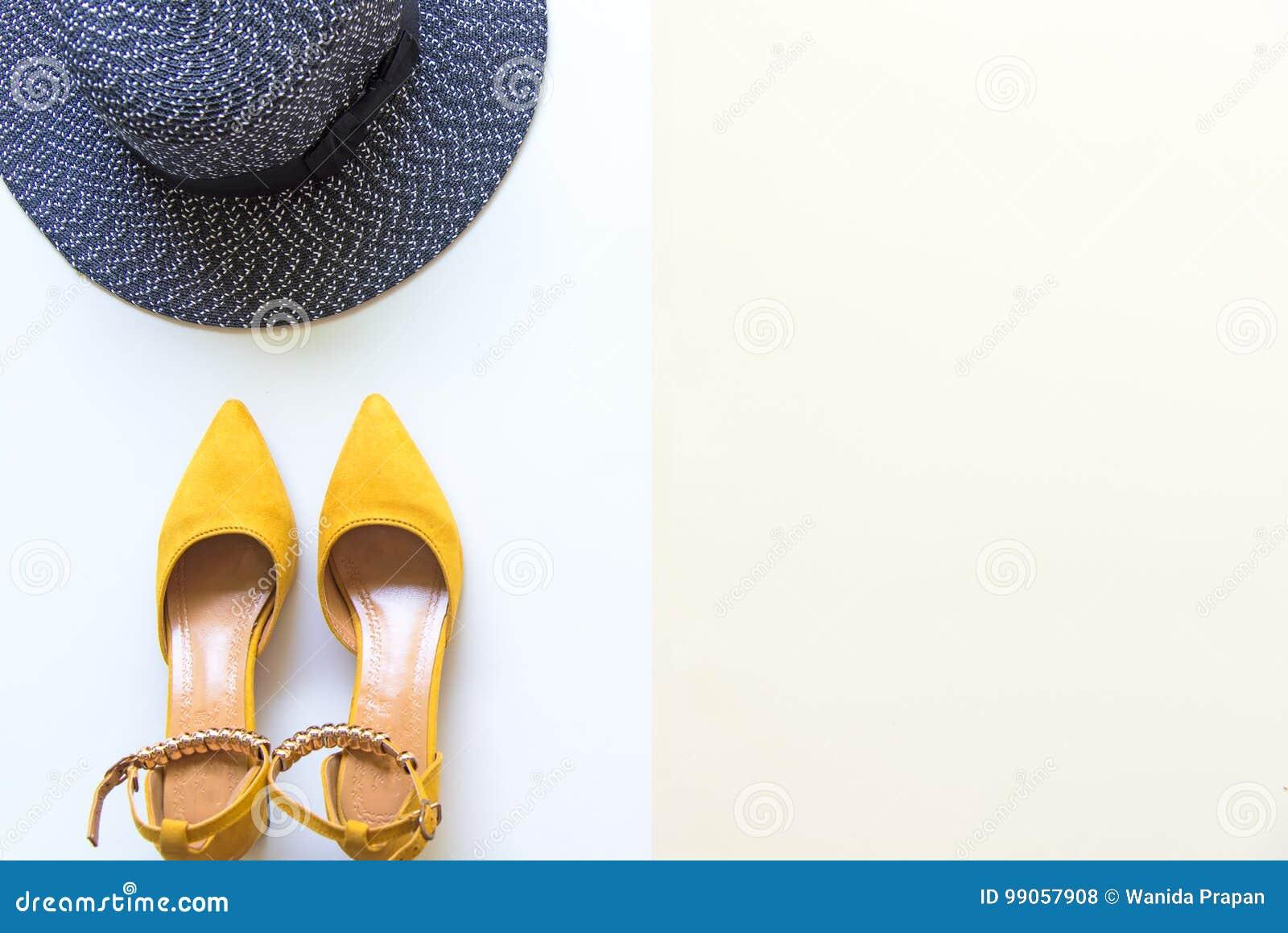baf007806e Εξαρτήματα γυναικών μόδας καθορισμένα Καθιερώνοντα τη μόδα τακούνια  παπουτσιών μόδας κίτρινα