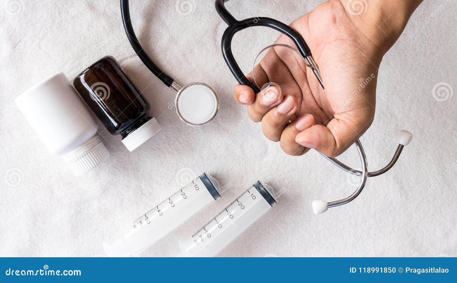 Εξοπλισμός για τους αρρώστους ανθρώπων υποστήριξης με το στηθοσκόπιο και το ιατρικό χάπι