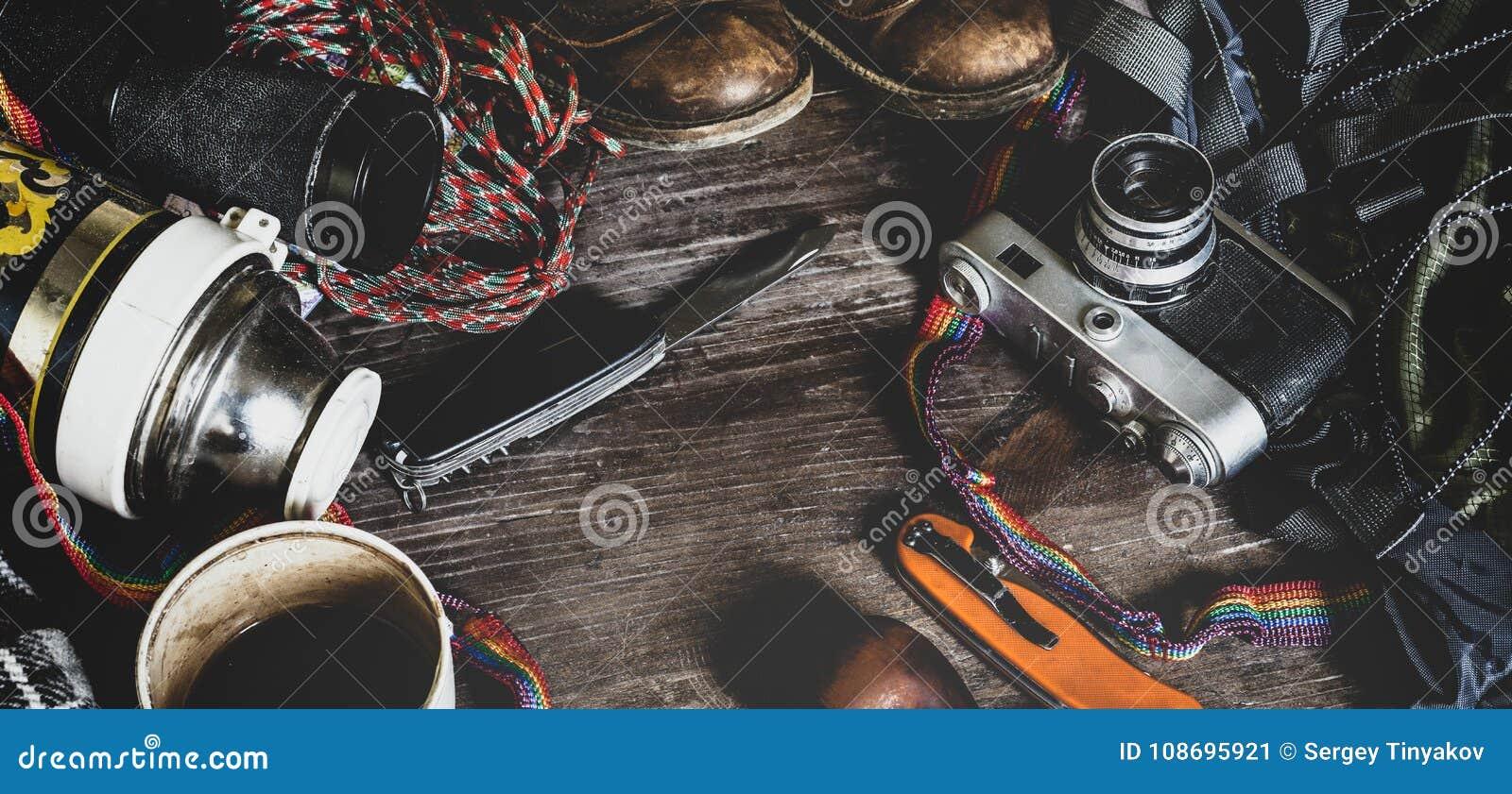 Εξοπλισμός ταξιδιού πεζοπορίας στην ξύλινη επιφάνεια Έννοια δραστηριότητας διακοπών τρόπου ζωής ανακαλύψεων περιπέτειας