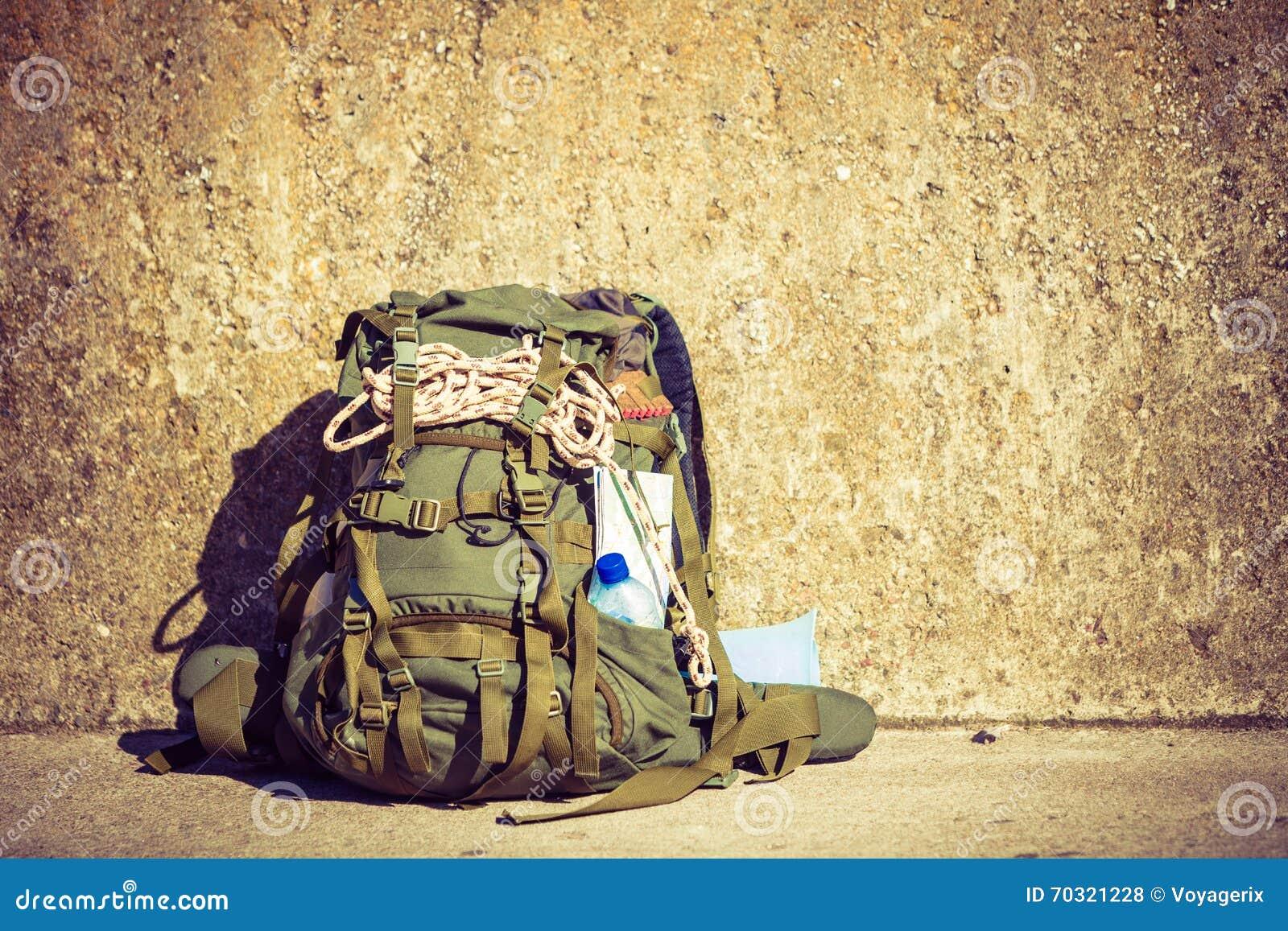 badce8c85f Εξοπλισμός στρατοπέδευσης σακιδίων πλάτης πεζοπορίας υπαίθριος στον τοίχο  grunge