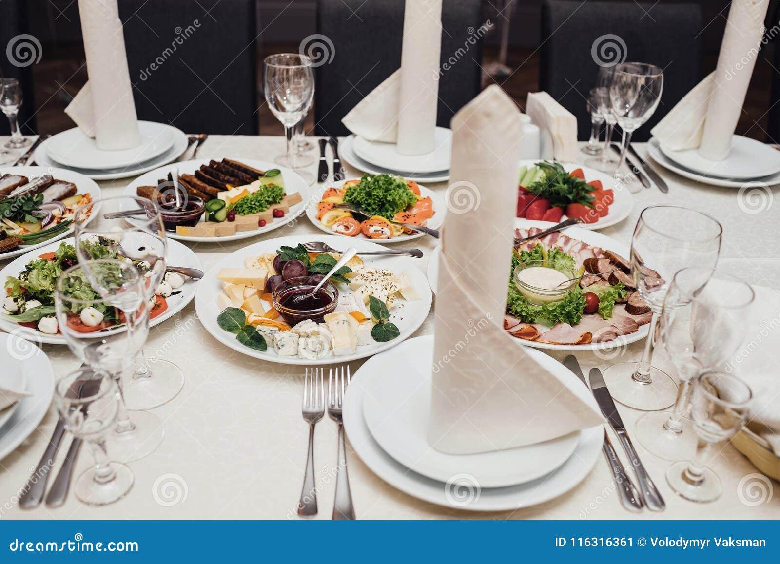 Εξυπηρετούμενα πιάτα στον πίνακα για τις διακοπές