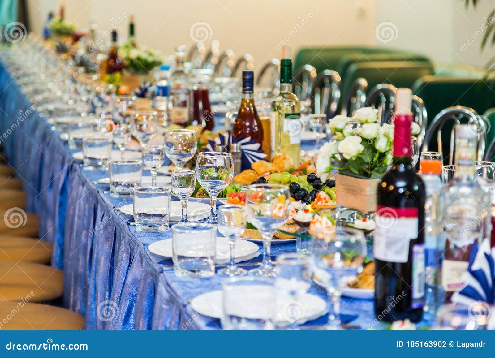 Εξυπηρετούμενοι πίνακες στο συμπόσιο Ποτό, οινόπνευμα, λιχουδιές και πρόχειρα φαγητά catering Ένα γεγονός υποδοχής