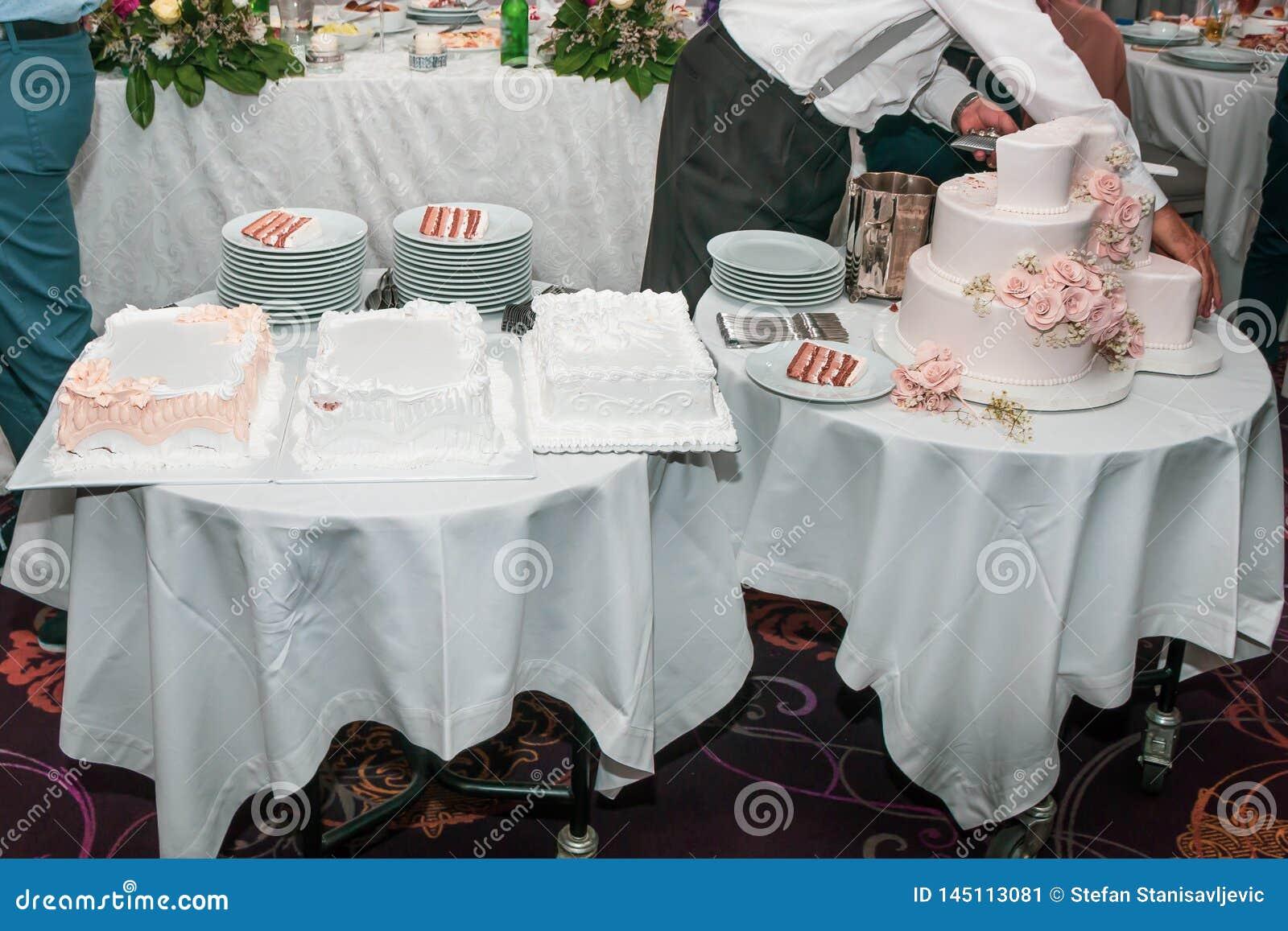 Εξυπηρετώντας πίνακας επιδορπίων σερβιτόρων