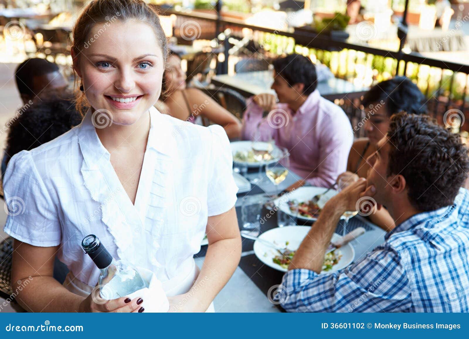 Εξυπηρετώντας πίνακες σερβιτορών στο υπαίθριο εστιατόριο