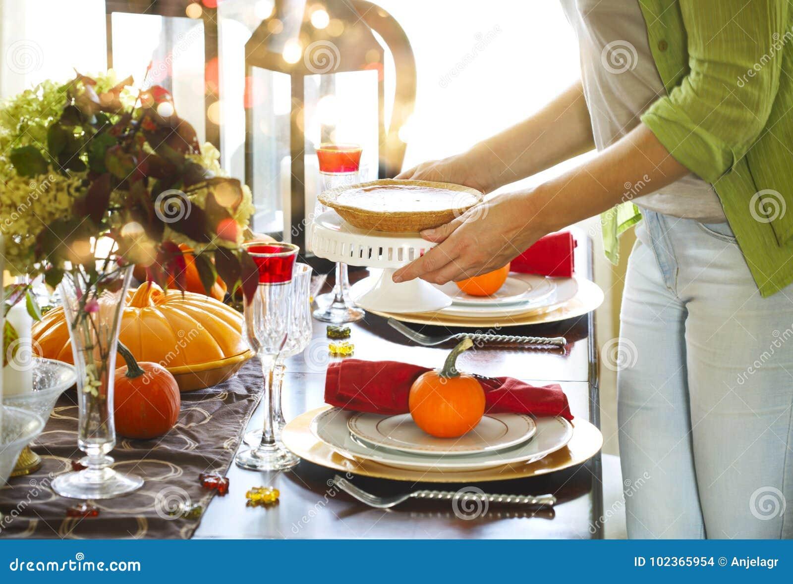 Εξυπηρετώντας πίτα κολοκύθας γυναικών στο κόμμα ημέρας των ευχαριστιών