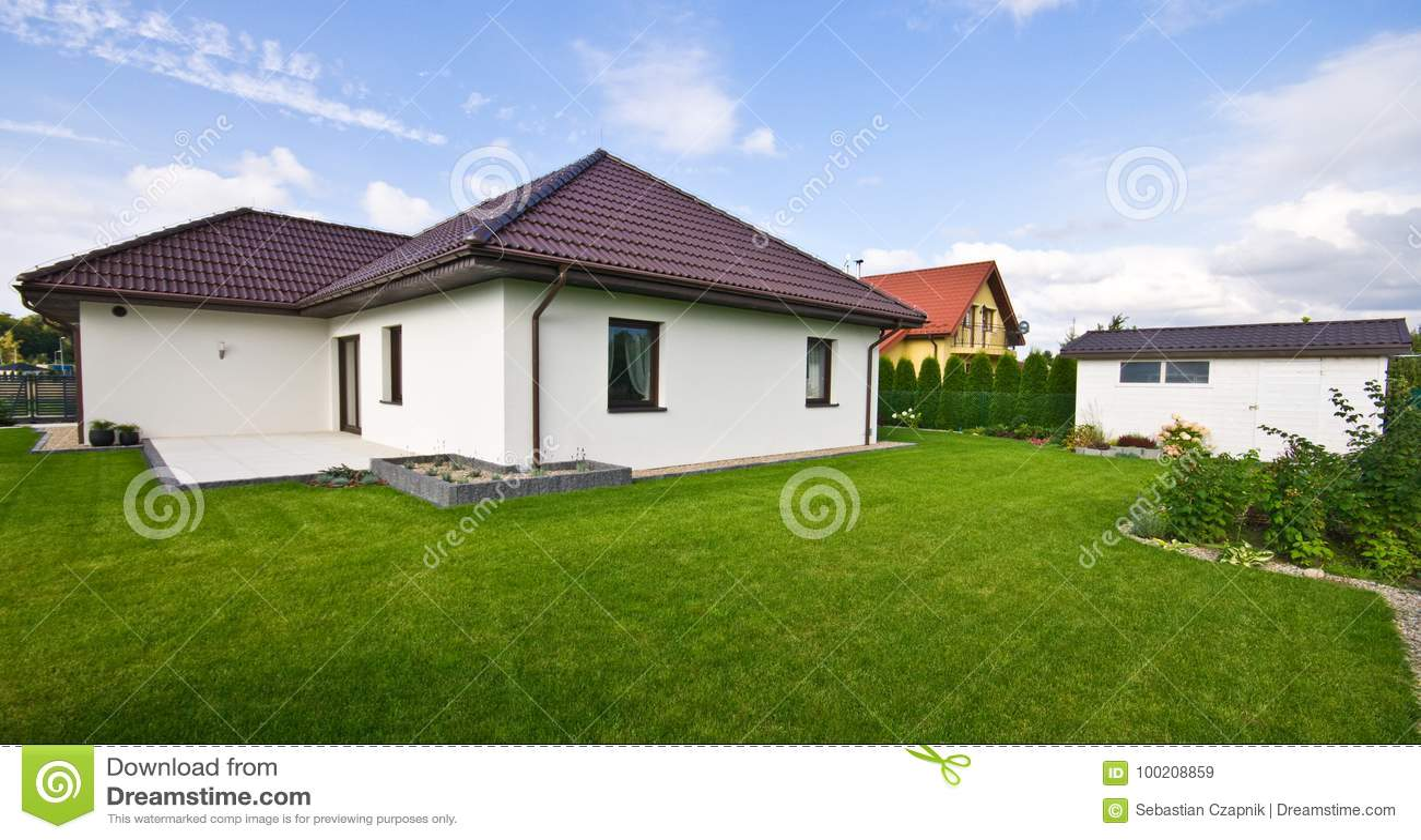 Εξωτερικό ενός σύγχρονου σπιτιού με την κομψή αρχιτεκτονική