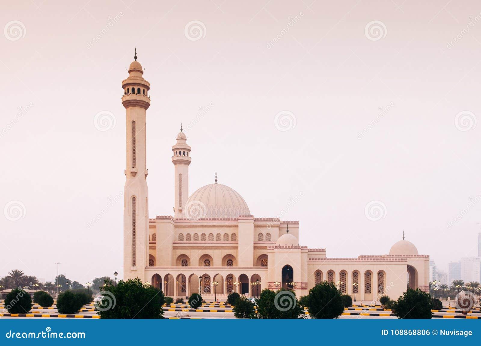 Εξωτερικό του μεγάλου μουσουλμανικού τεμένους Al Fateh το βράδυ manama του Μπαχρέιν