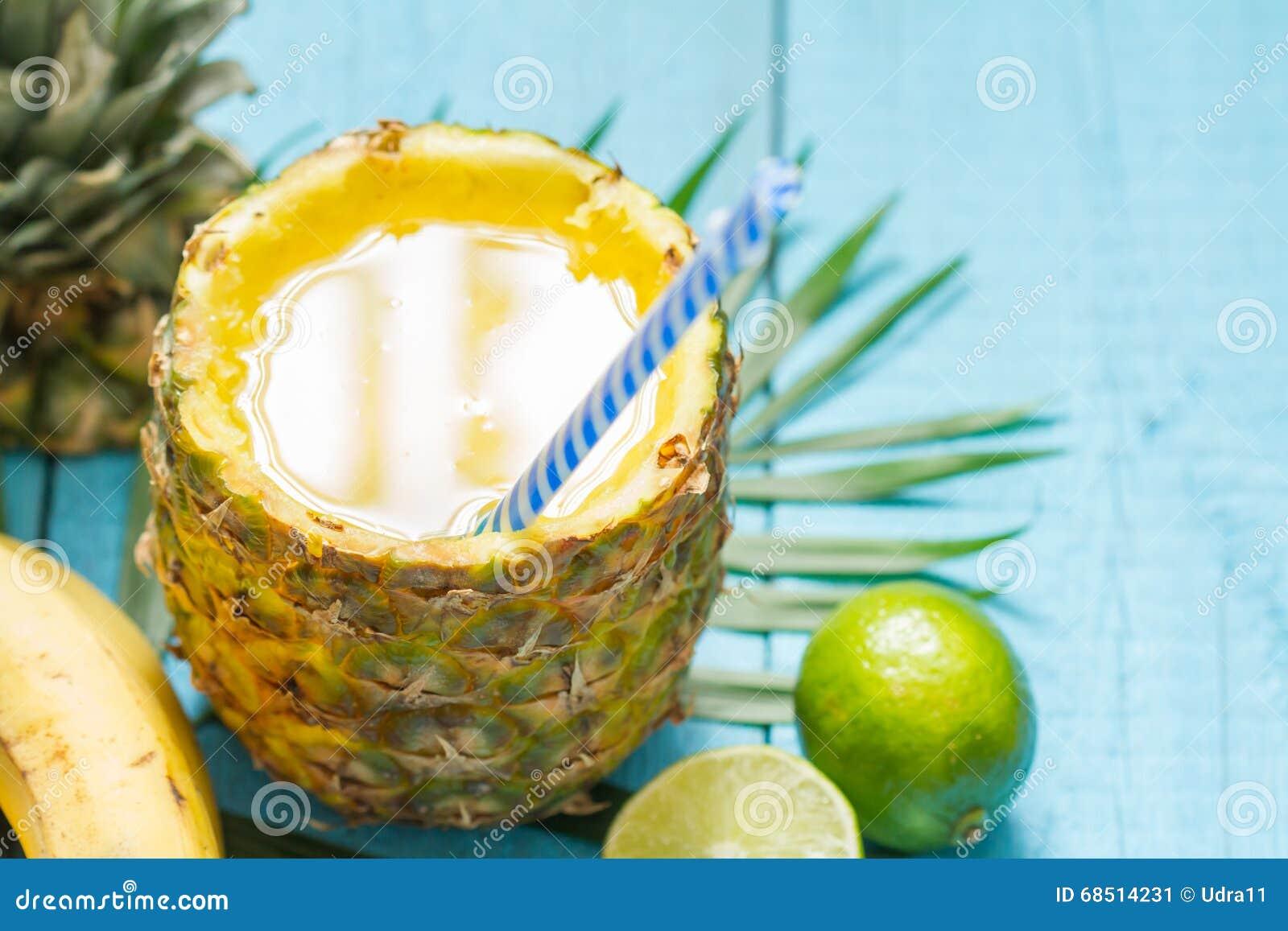 Εξωτικός πρόσφατα συμπιεσμένος χυμός με τον ανανά και τον ασβέστη