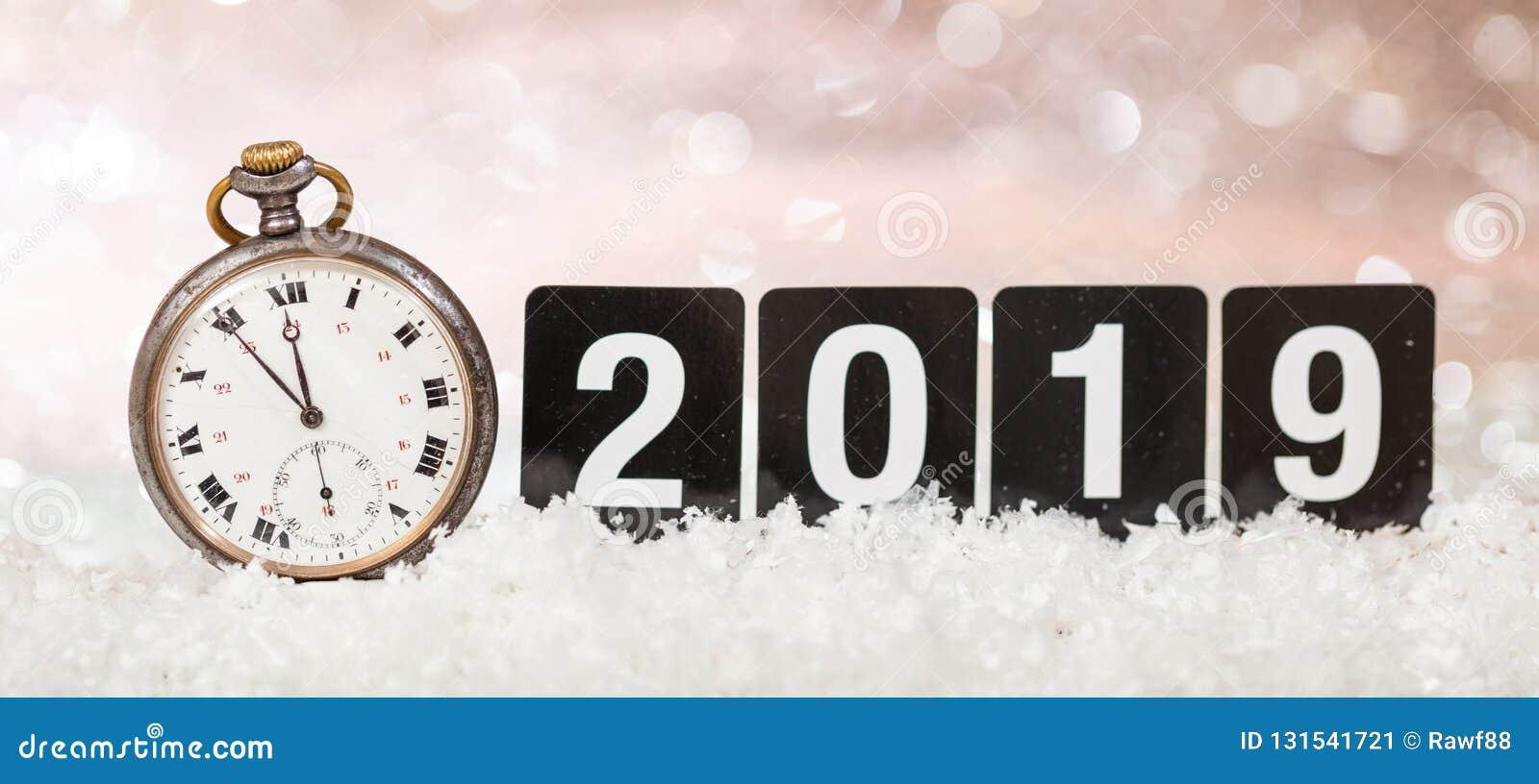 Εορτασμός παραμονής 2019 νέος ετών Πρακτικά στα μεσάνυχτα σε ένα παλαιό ρολόι, bokeh εορταστικό υπόβαθρο