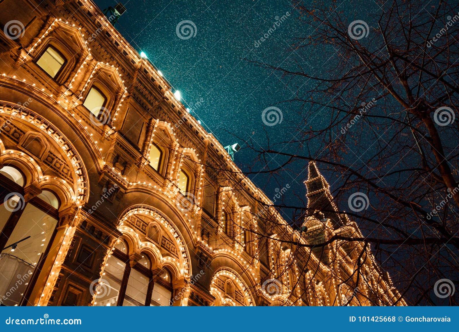 Εορταστικοί φωτισμοί στις οδούς της πόλης Νέα διακόσμηση φω των έτους και Χριστουγέννων στη χιονώδη νύχτα, κόκκινη πλατεία, Μόσχα