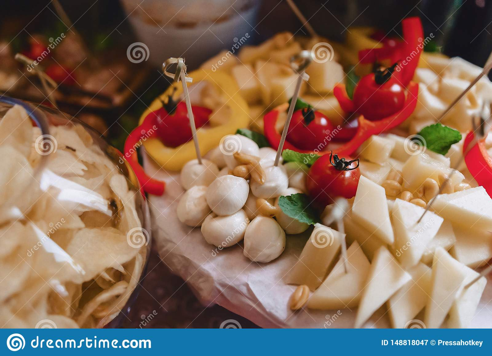 Εορταστικός αλμυρός μπουφές, ψάρια, κρέας, τσιπ, σφαίρες τυριών και άλλες ειδικότητες για τον εορτασμό των γάμων και άλλων γεγονό