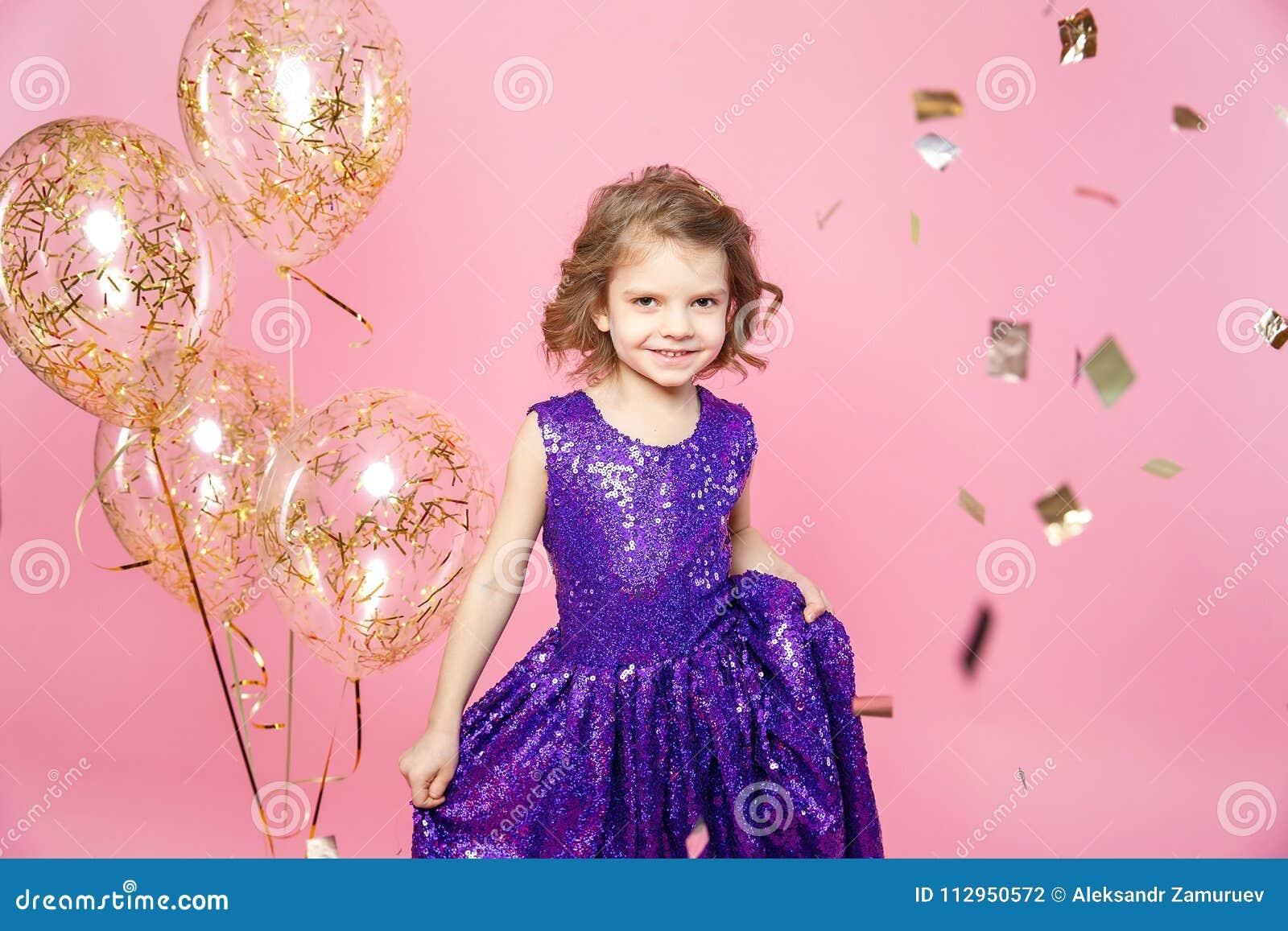 Εορταστικό μικρό κορίτσι με τα μπαλόνια