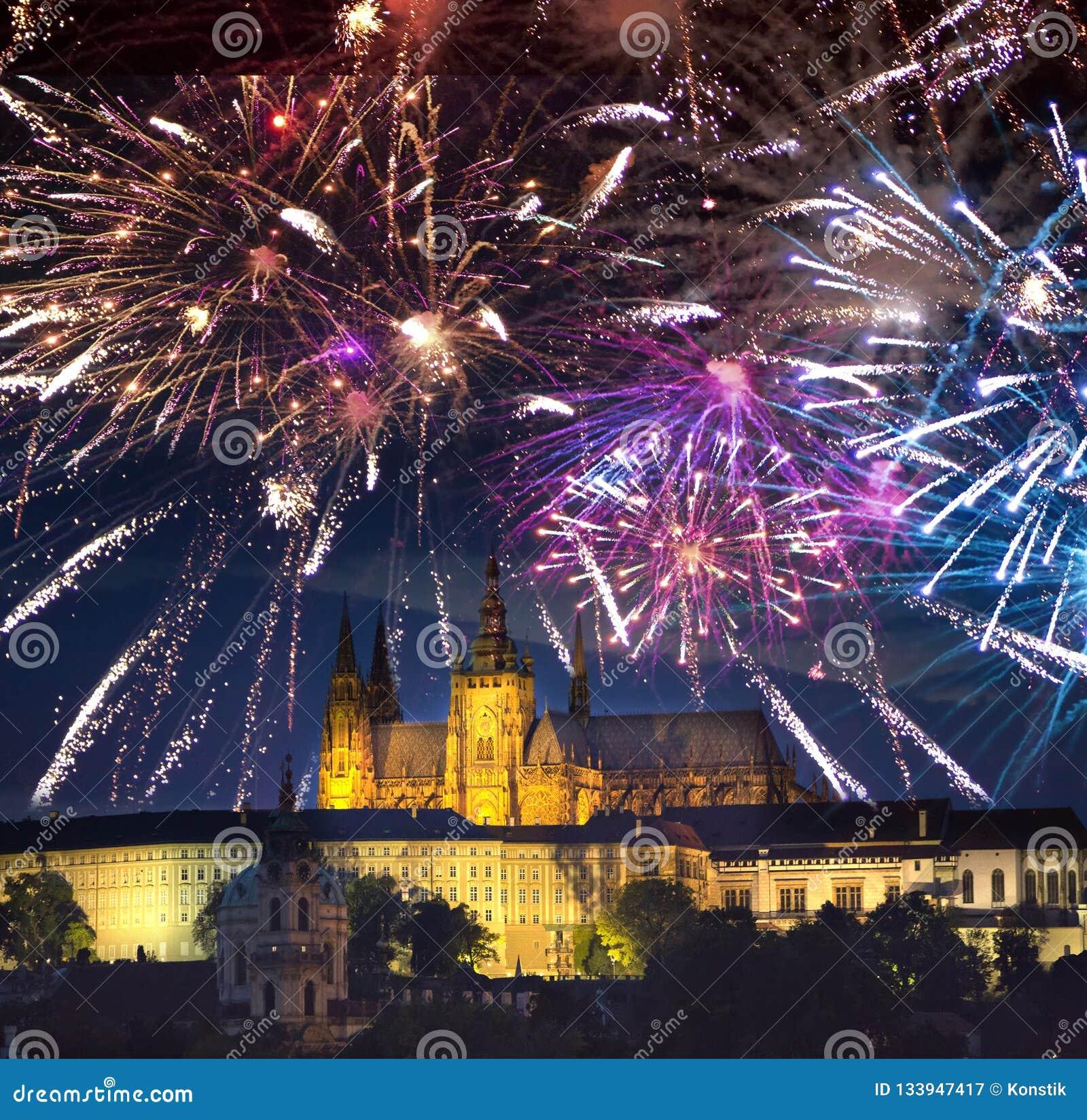Εορταστικό πυροτέχνημα πέρα από την παλαιά πόλη και καθεδρικός ναός Αγίου Vitus στην Πράγα, Δημοκρατία της Τσεχίας