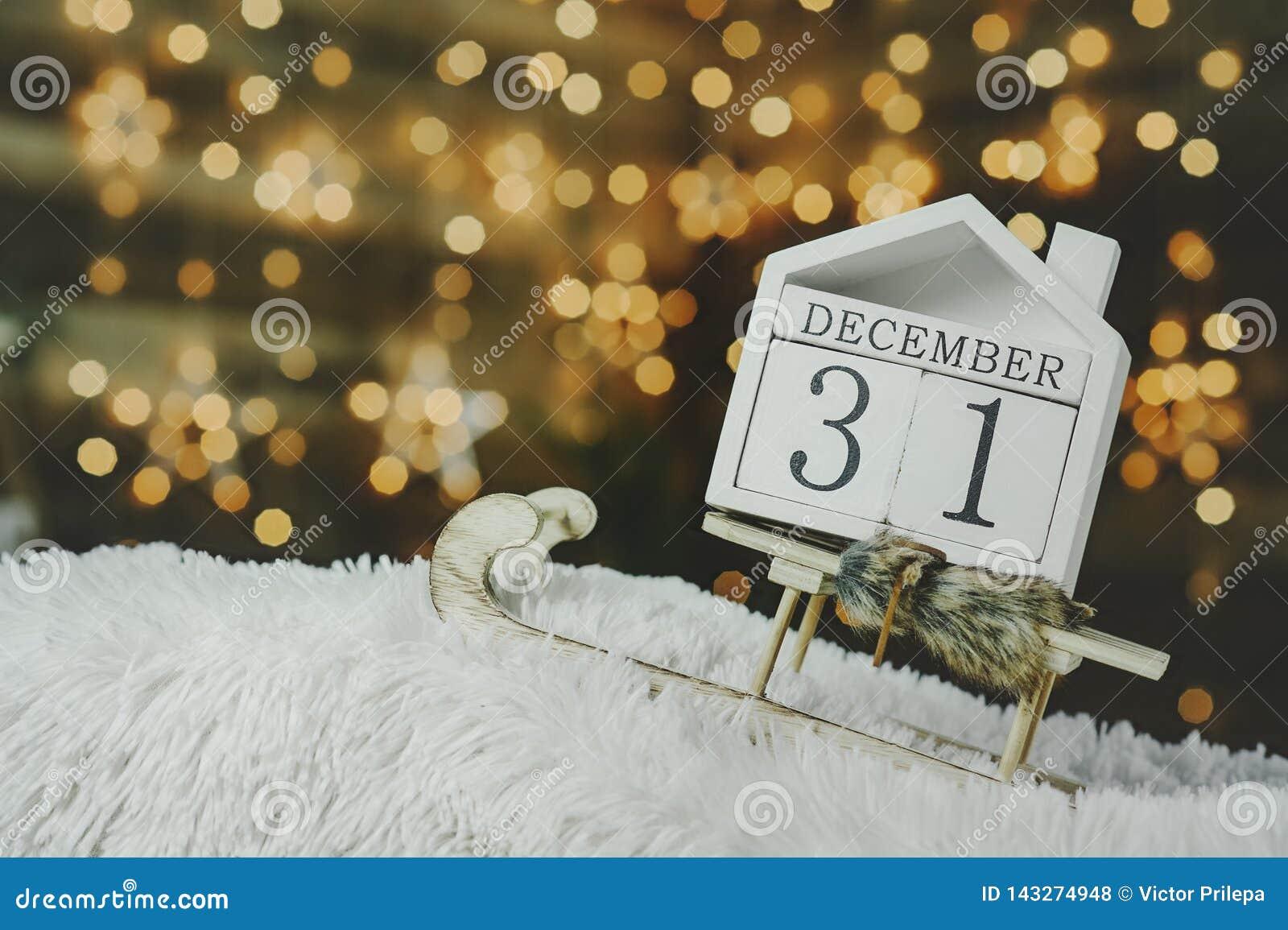 Εορταστικό υπόβαθρο την παραμονή του νέου έτους, με ένα ημερολόγιο αντίστροφης μέτρησης στις 31 Δεκεμβρίου στο υπόβαθρο φωτεινού