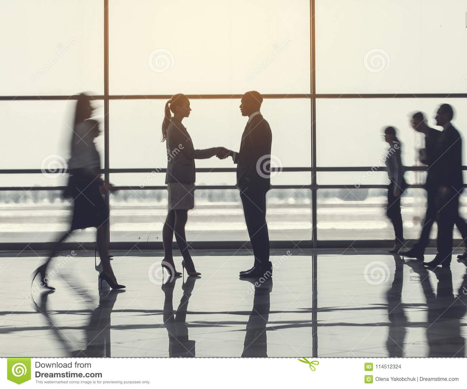 Επίμονοι θηλυκοί και αρσενικοί συνεργάτες που τινάζουν τα χέρια