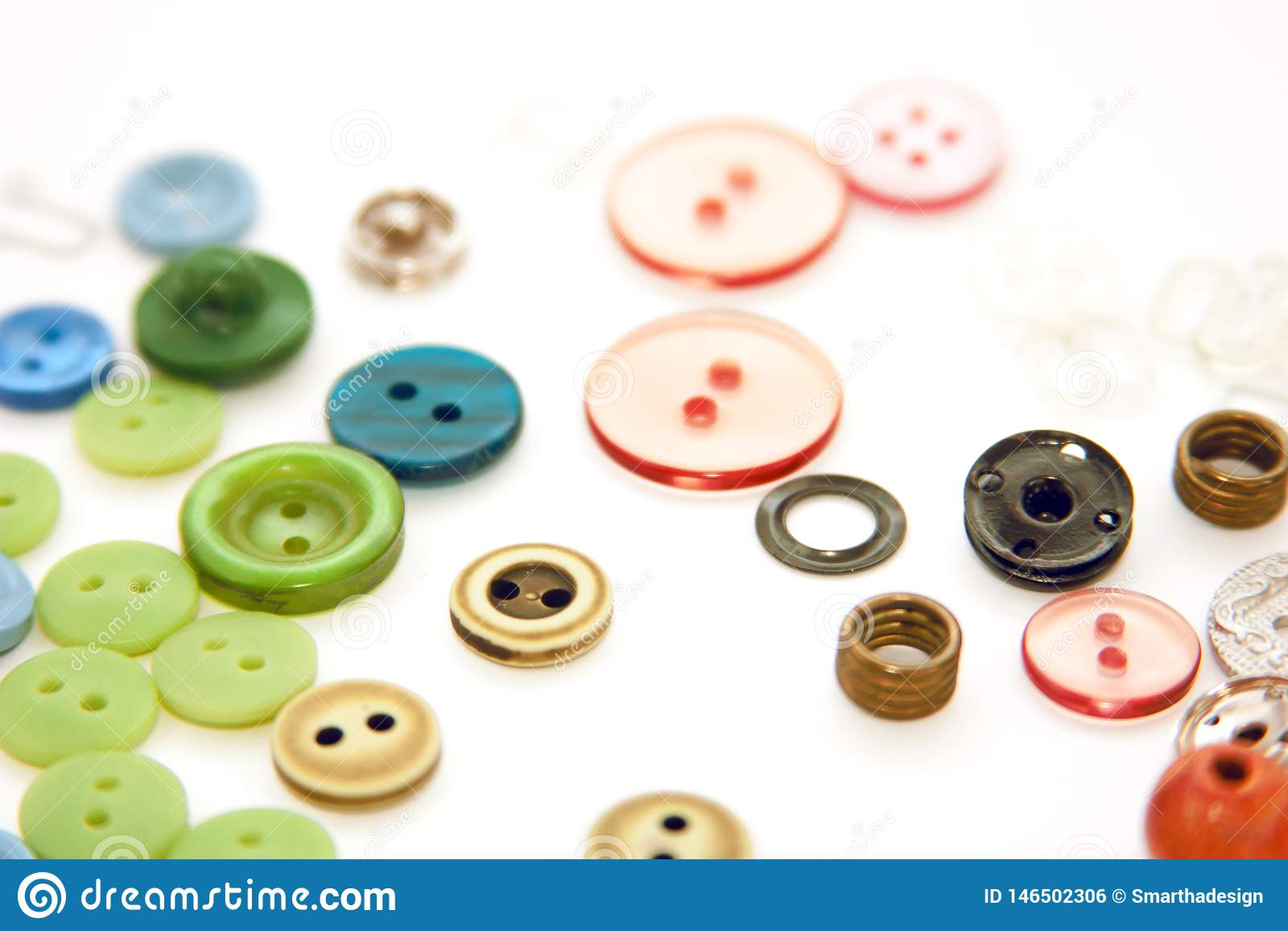 Επίπεδος βάλτε με τα ζωηρόχρωμα ράβοντας κουμπιά, χλευάζει επάνω, τοπ άποψη Πρότυπο κουμπιών σχεδιαγράμματος στο κενό άσπρο υπόβα