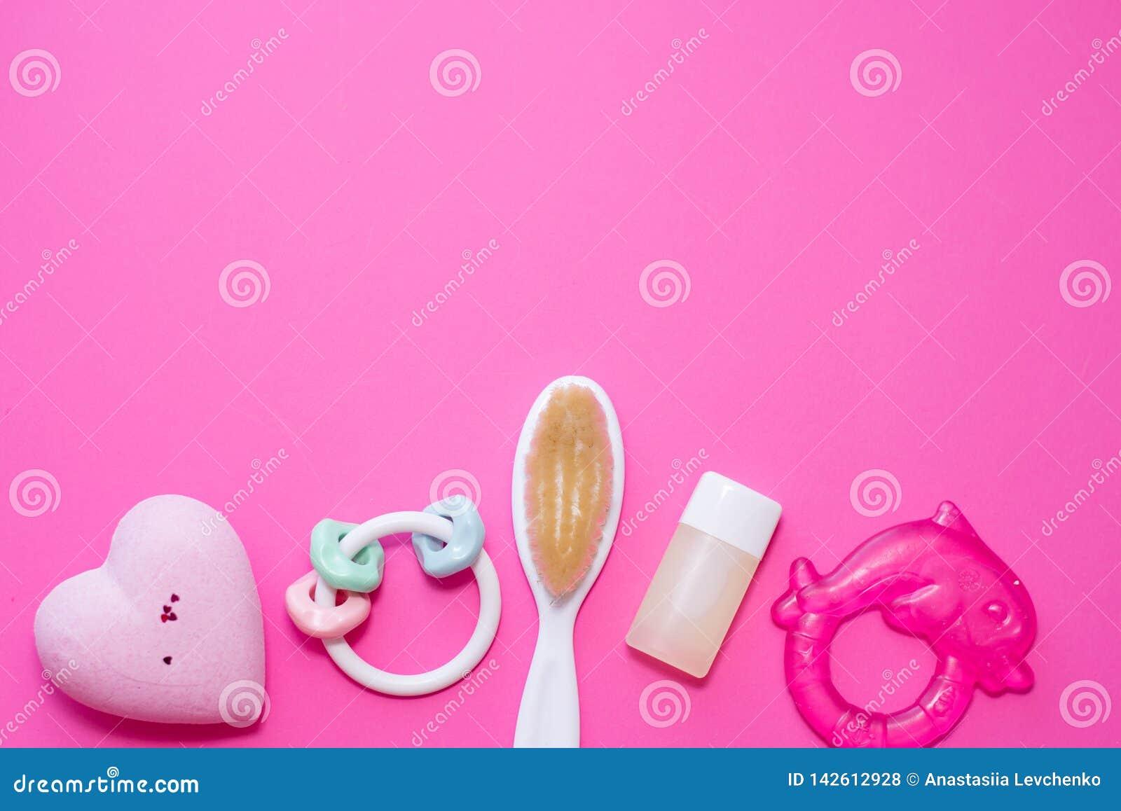 Επίπεδος βάλτε τη σύνθεση με τα εξαρτήματα μωρών και το διάστημα για το κείμενο στο ρόδινο υπόβαθρο Έννοια SPA