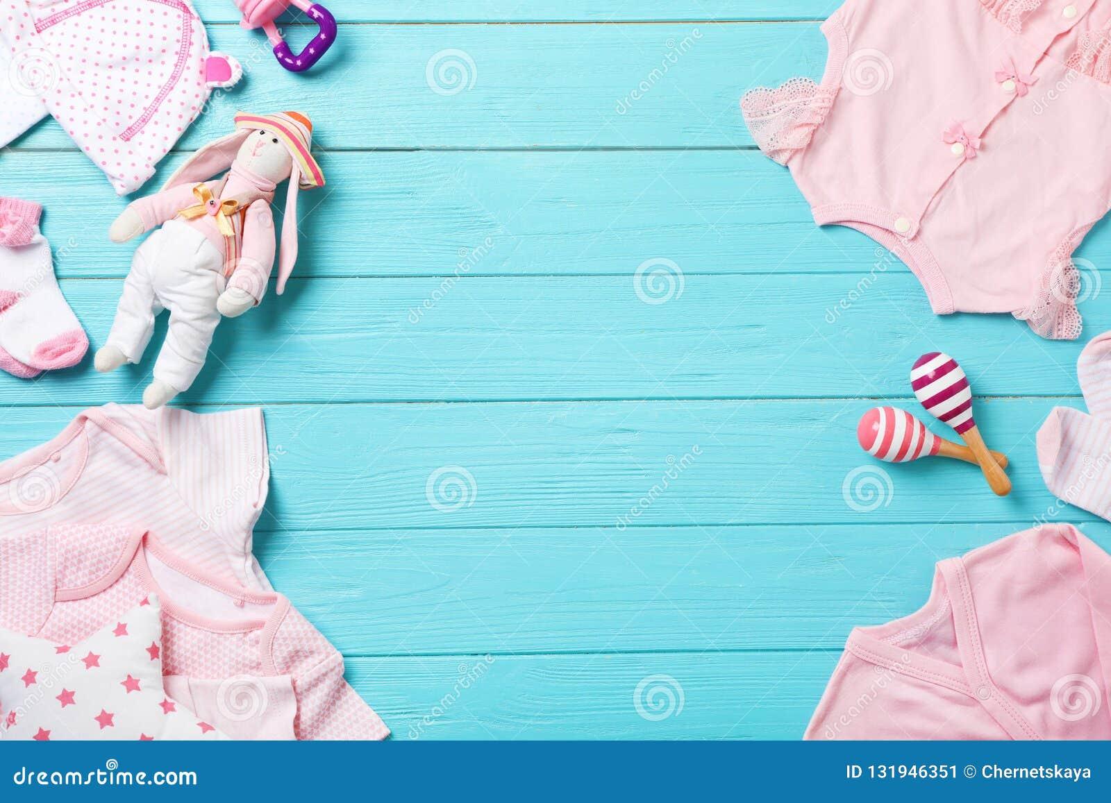 Επίπεδος βάλτε τη σύνθεση με τα μοντέρνα ενδύματα μωρών